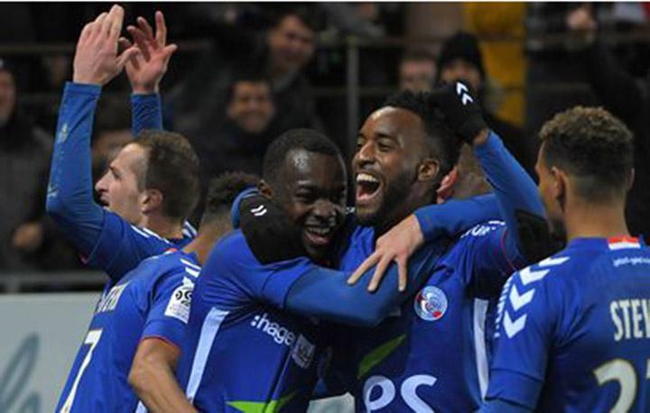 Niềm vui của các cầu thủ Strasbourg sau khi Bahoken nâng tỉ số lên 2-1. Ảnh: GETTY IMAGES