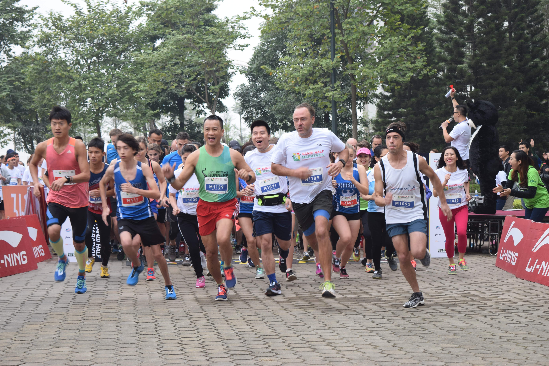 """Các VĐV tham gia cuộc đua bán marathon """"Chạy vì Gấu"""" tại HN. Ảnh: P.THẢO"""