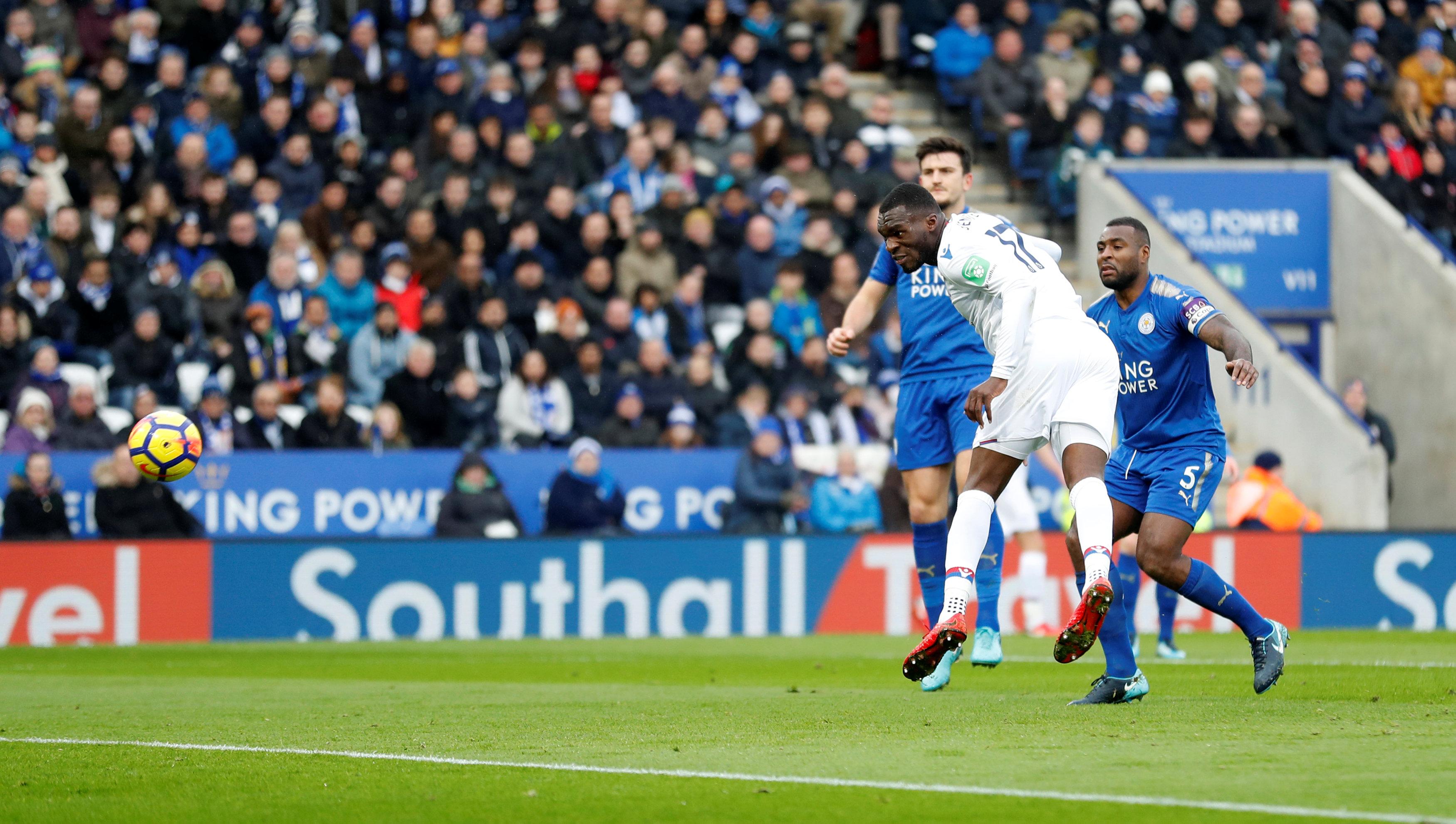Pha đánh đầu mở tỉ số cho Crystal Palace của Benteke. Ảnh: REUTERS
