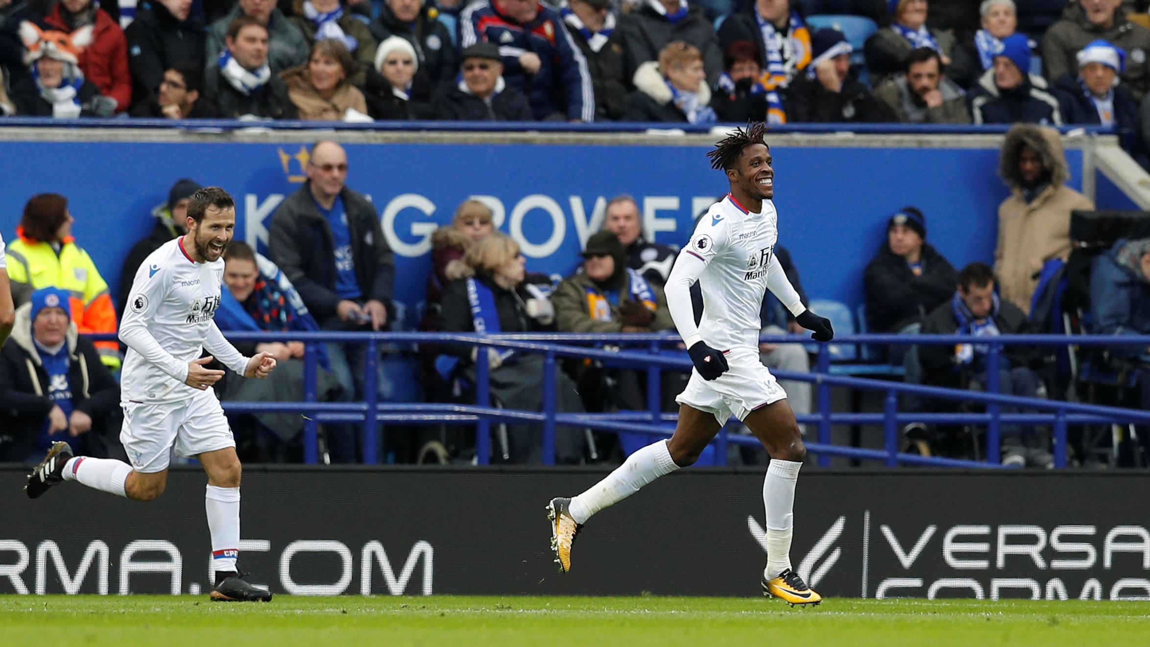 Niềm vui của Wilfried Zaha (phải) sau khi nâng tỉ số lên 2-0 cho Crystal Palace. Ảnh: REUTERS
