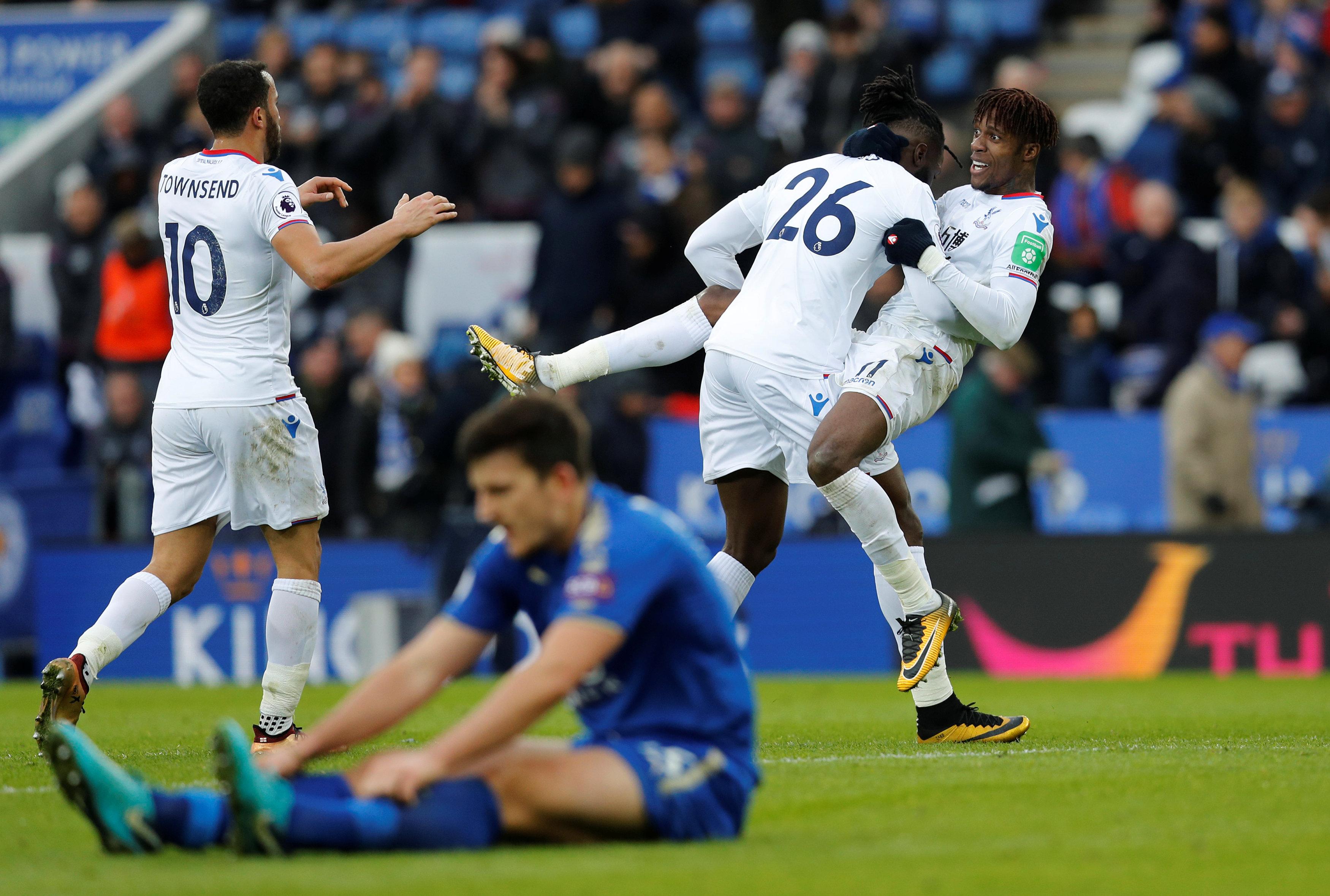 Niềm vui của các cầu thủ Crystal Palace sau khi Sako nâng tỉ số lên 3-0. Ảnh: REUTERS