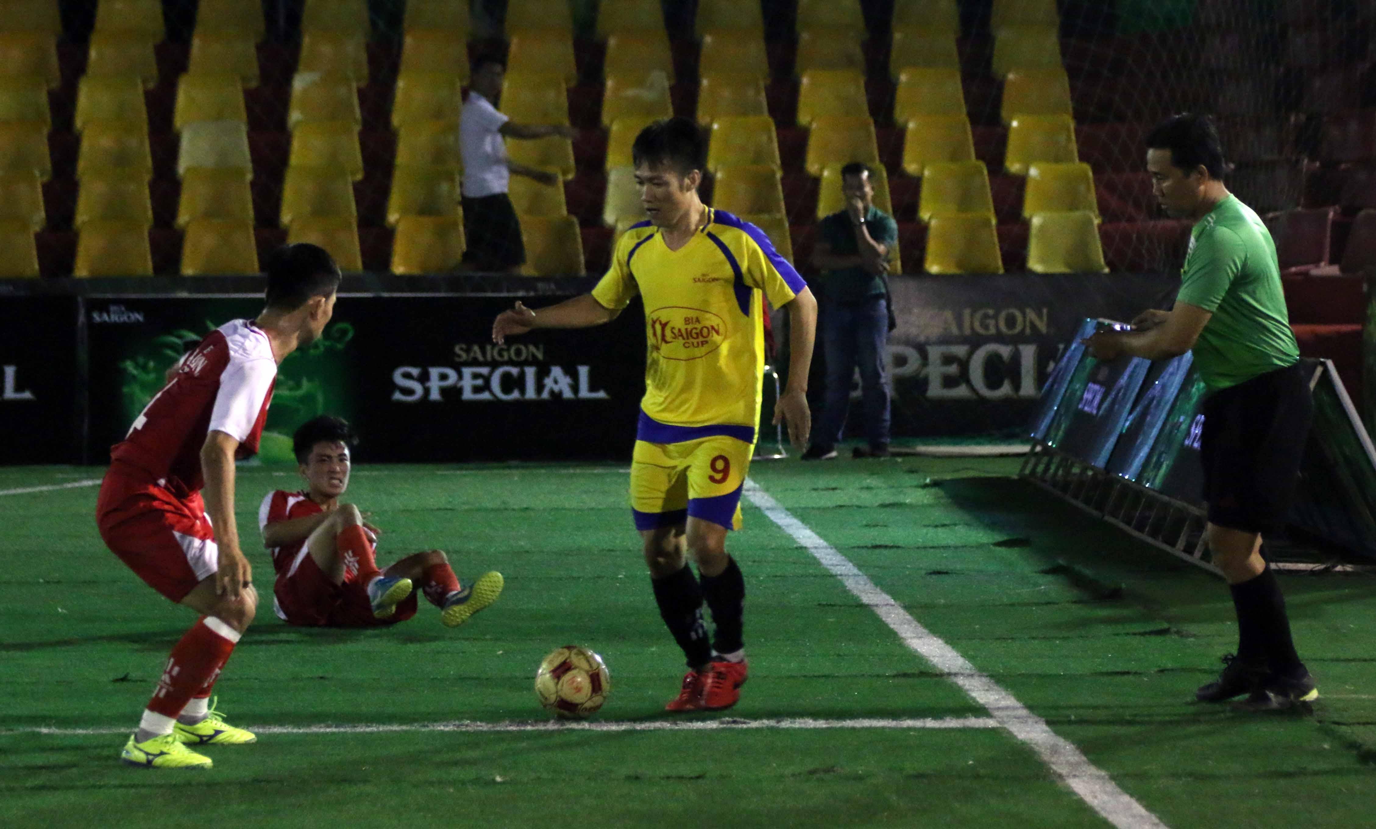 Tấn Tài (phải) trong màu áo CLB Olympic Gym. Ảnh: N.K.