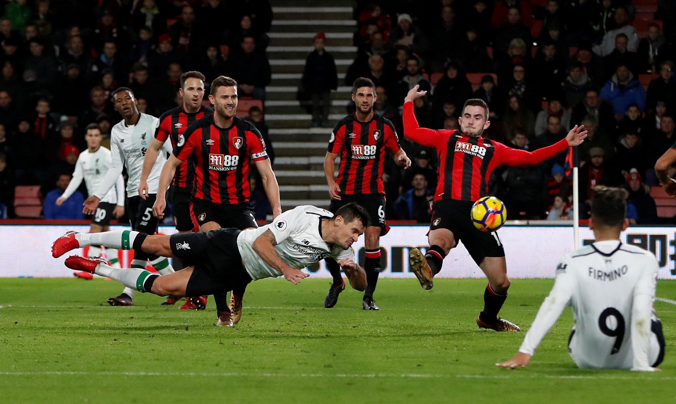 Pha đánh đầu nâng tỉ số lên 2-0 cho Liverpool của Lovren. Ảnh: REUTERS