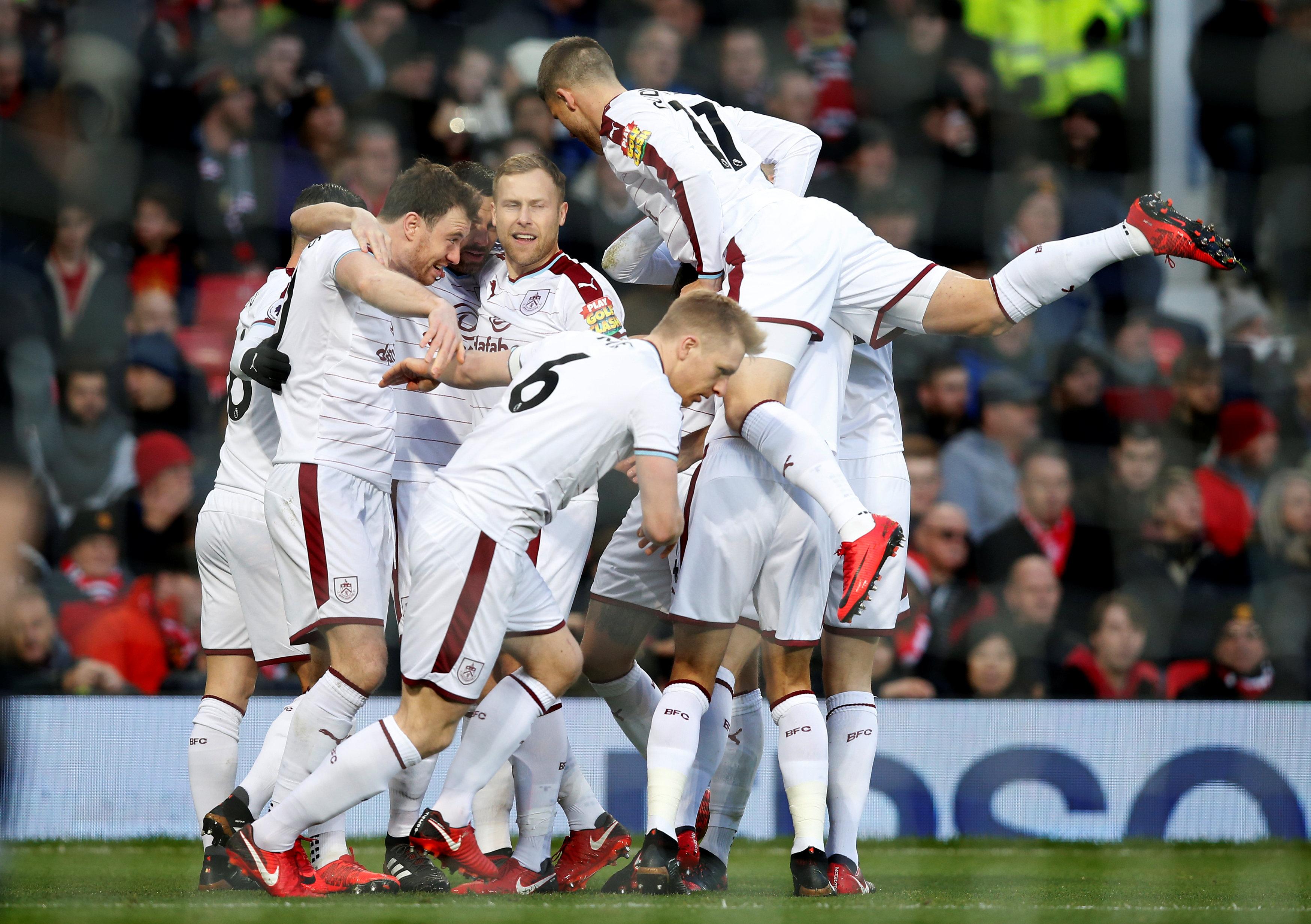 Niềm vui của các cầu thủ Burnley sau khi Barnes mở tỉ số. Ảnh: REUTERS