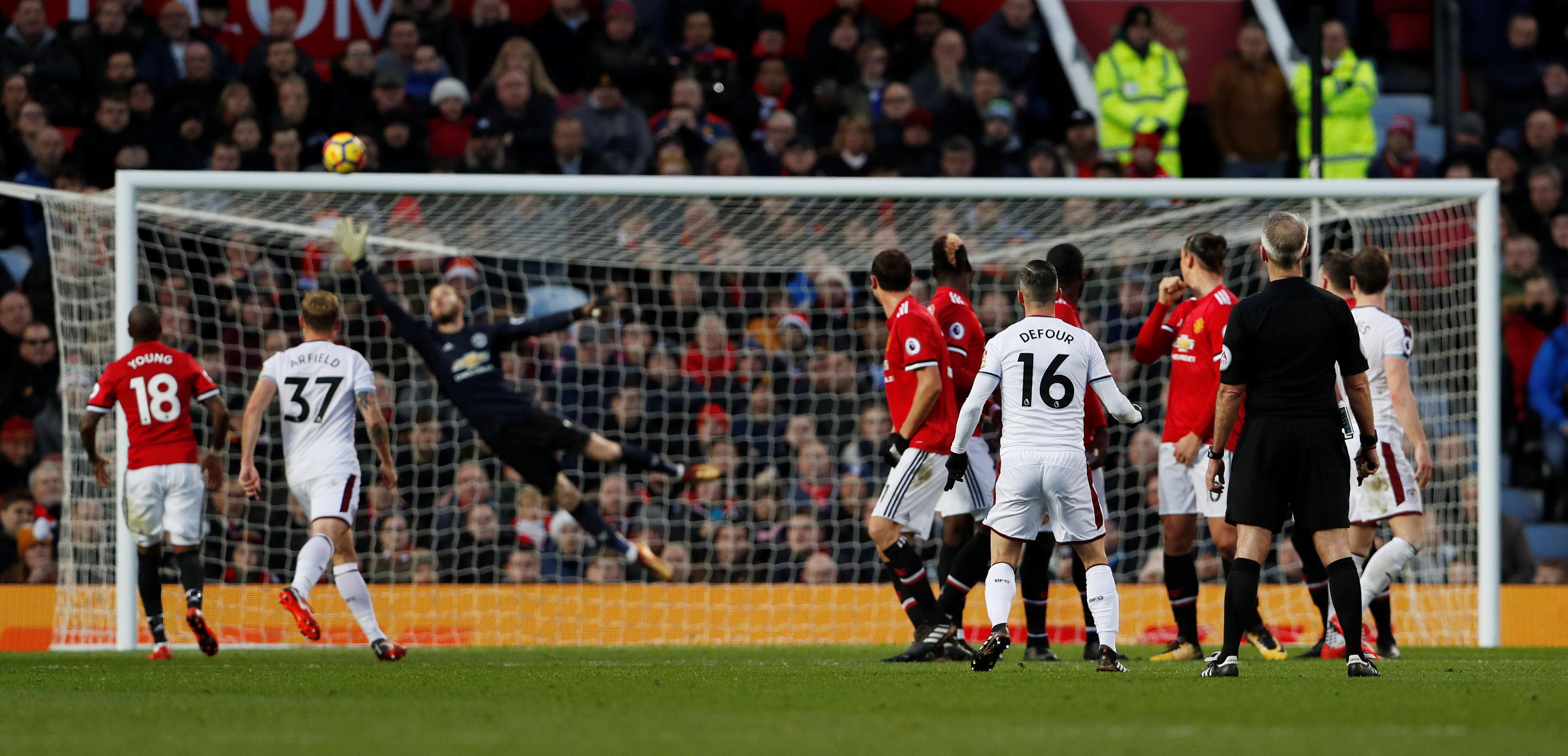 Pha sút phạt nâng tỉ số lên 2-0 cho Burnley của Defour. Ảnh: REUTERS