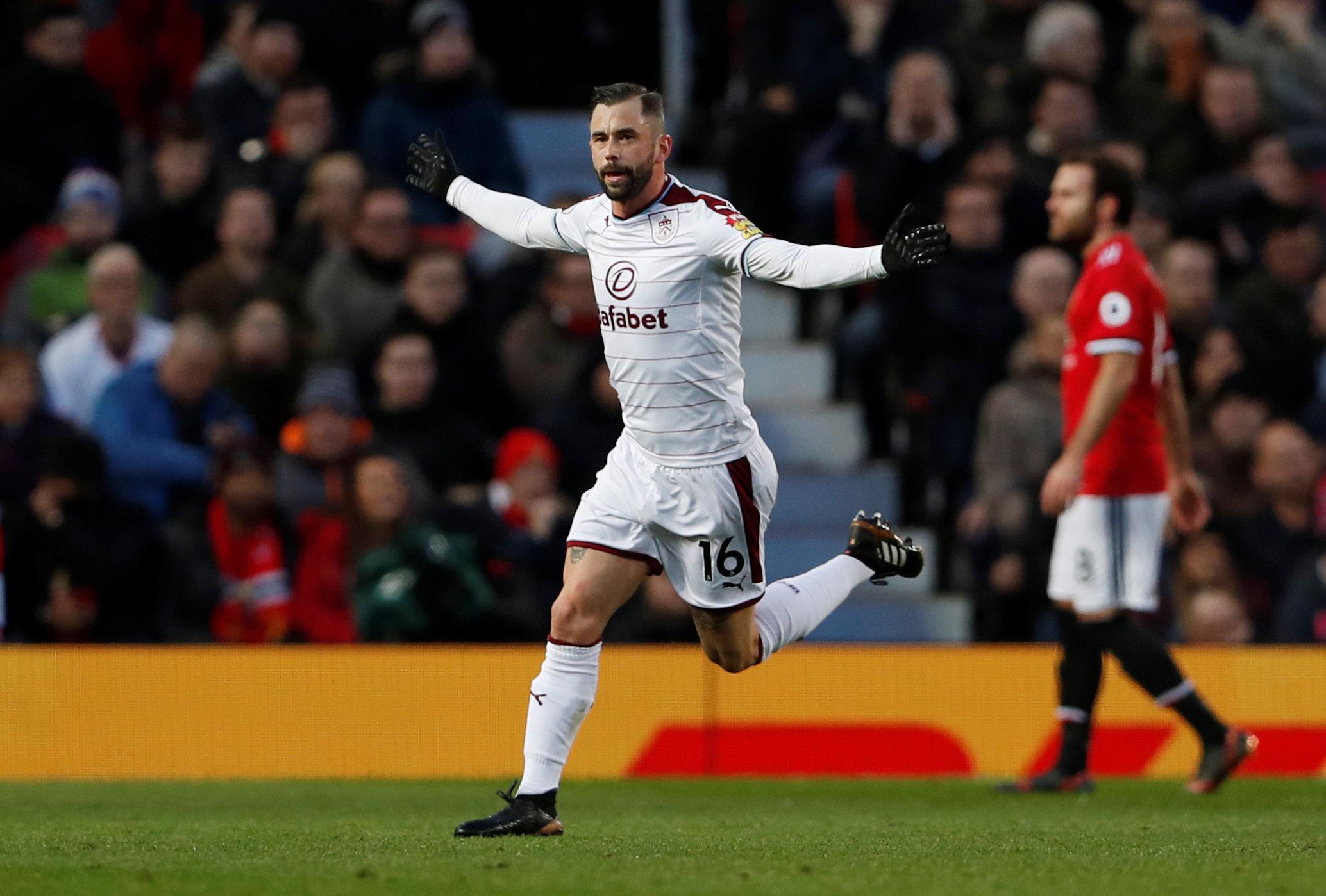 Defour ăn mừng bàn nâng tỉ số lên 2-0 cho Burnley. Ảnh: REUTERS