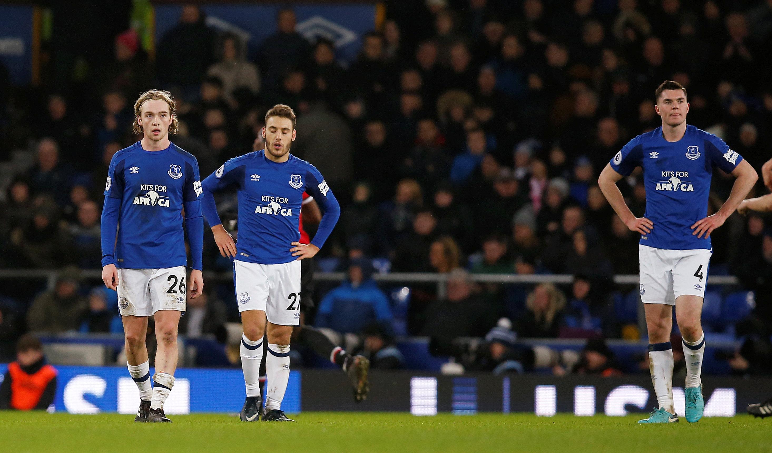 Nỗi thất vọng của các cầu thủ Everton sau trận thua M.U. Ảnh: REUTERS