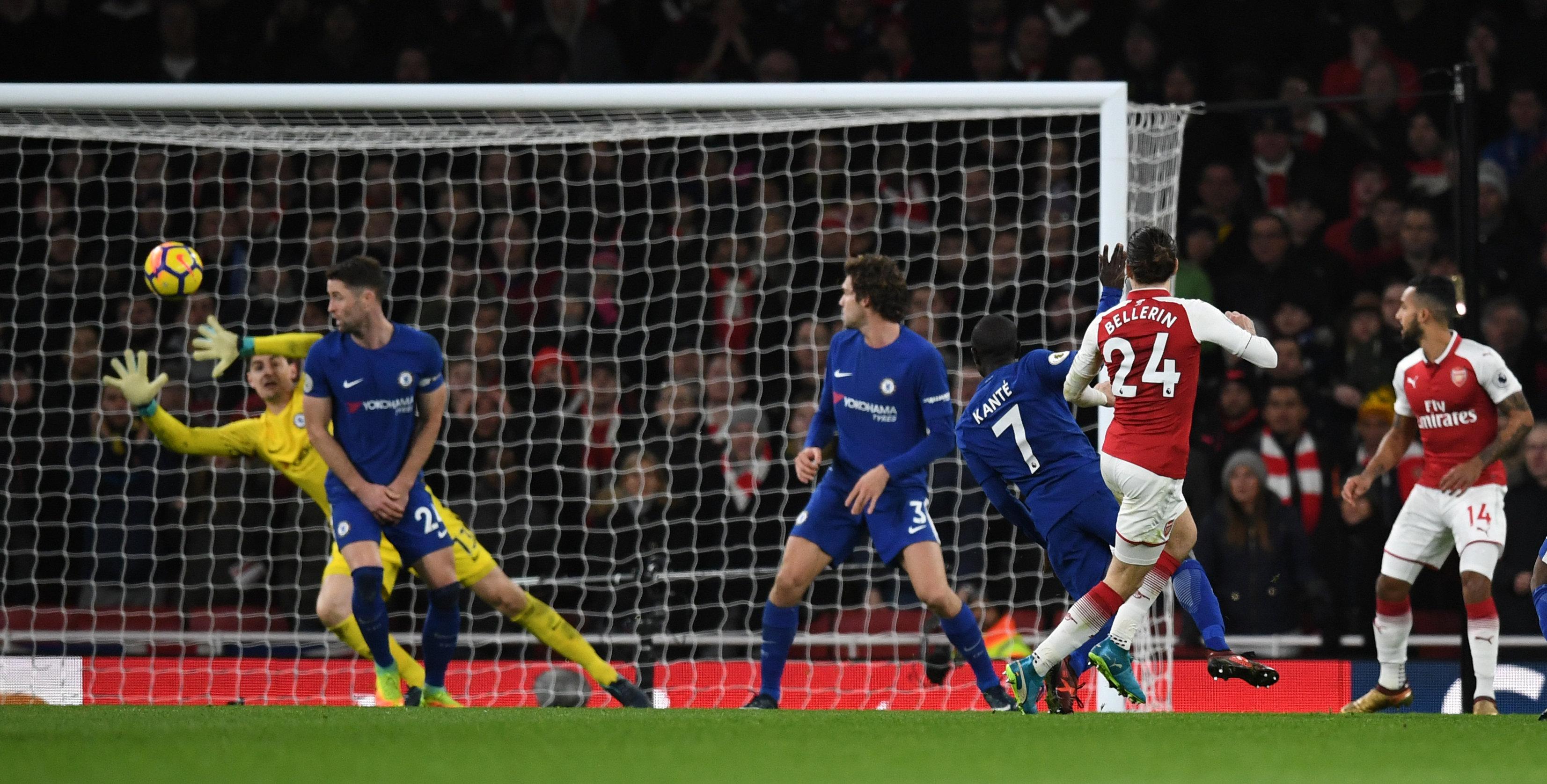 Pha dứt điểm gỡ hòa 2-2 cho Arsenal của Bellerin. Ảnh: REUTERS