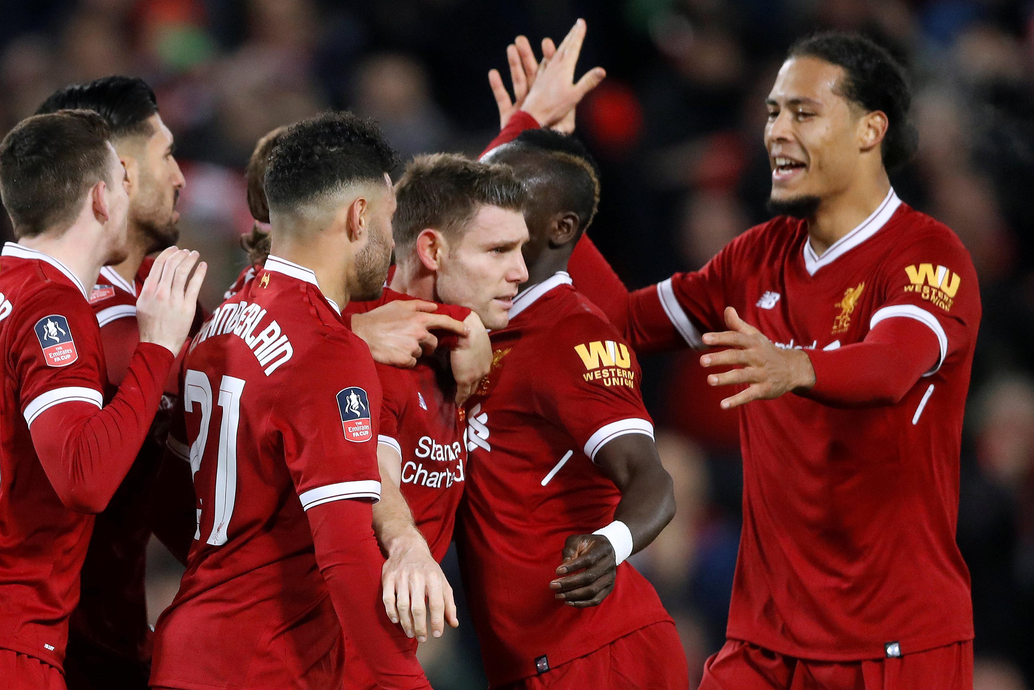 Niềm vui của các cầu thủ Liverpool sau khi Milner mở tỉ số. Ảnh: REUTERS