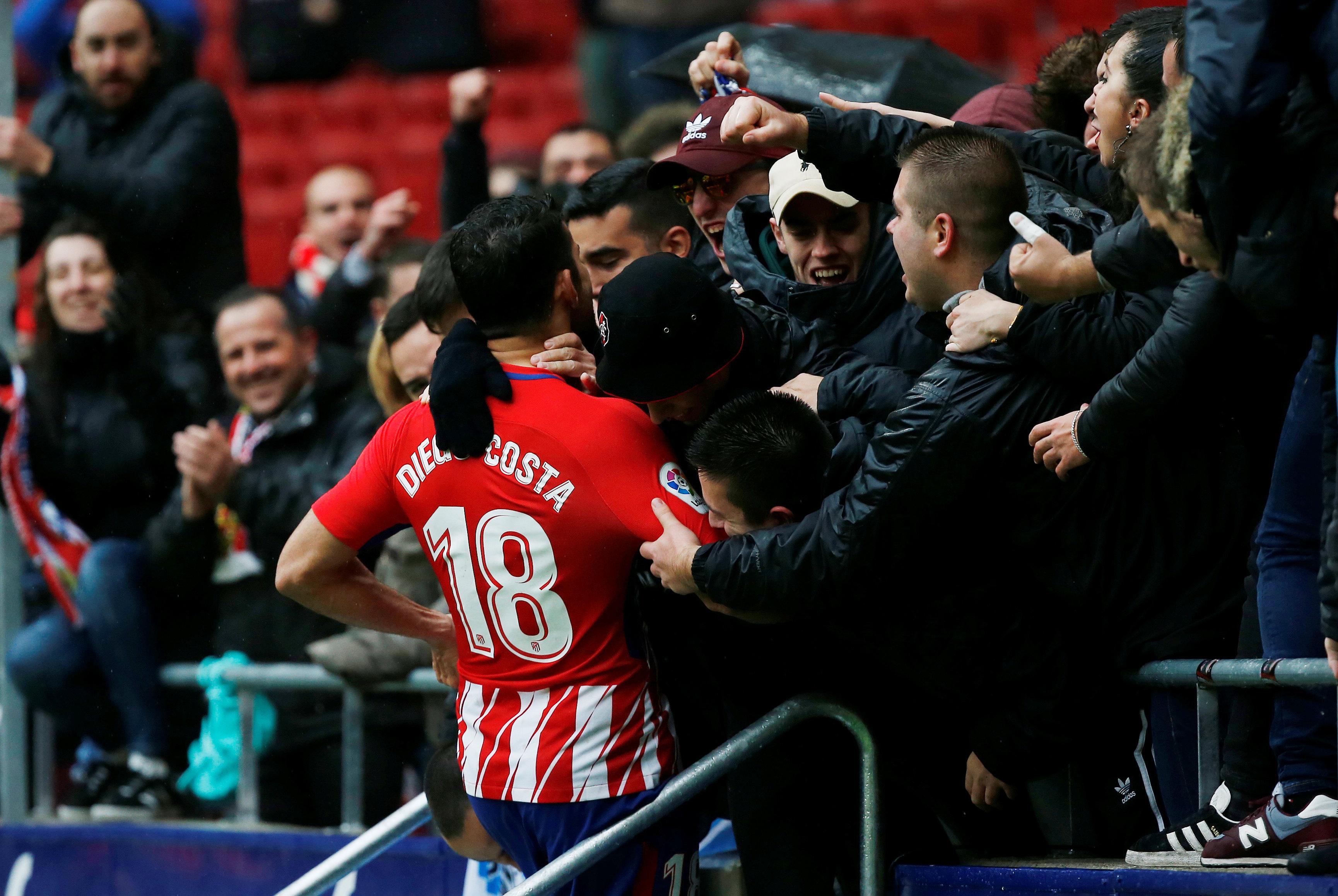 Costa ăn mừng với các CĐV Atletico Madrid sau khi nâng tỉ số lên 2-0. Ảnh: REUTERS