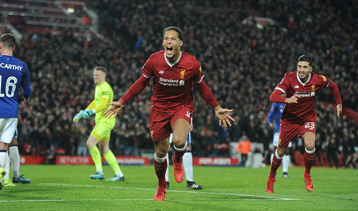 Van Dijk ăn mừng bàn nâng tỉ số lên 2-1 cho Liverpool. Ảnh: Daily Mail