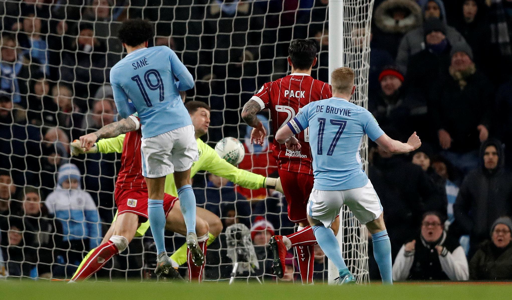 Aguero tỏa sáng, M.C hạ Bristol ở phút đấu bù giờ