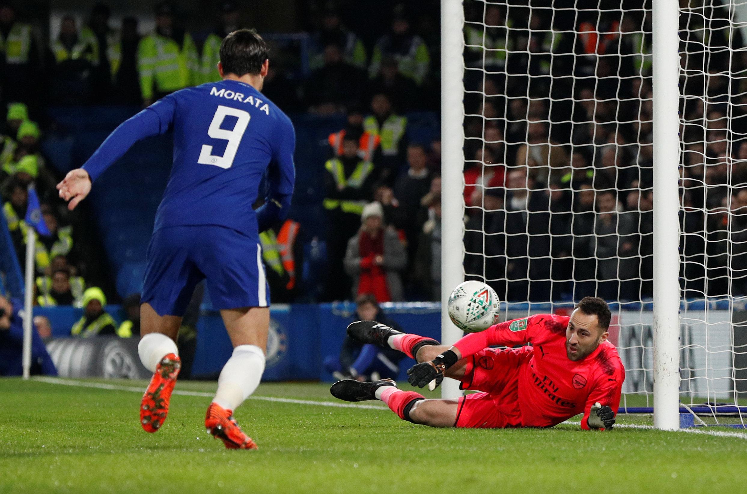Thủ môn Ospina cứu thua cho Arsenal sau cú dứt điểm của Morata. Ảnh: REUTERS