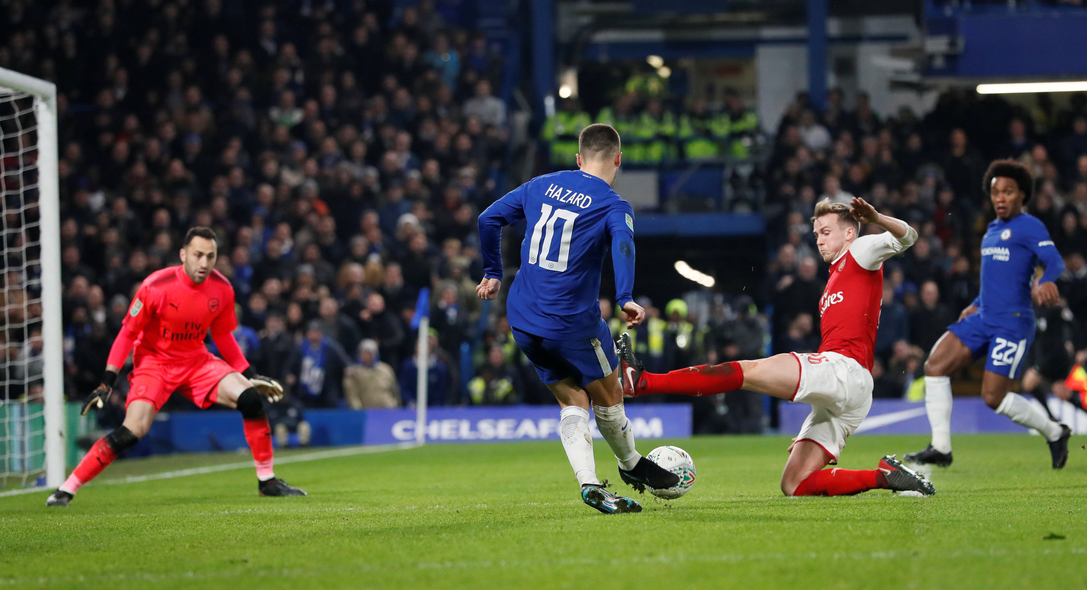 Một pha uy hiếp khung thành Arsenal của Hazard. Ảnh: REUTERS