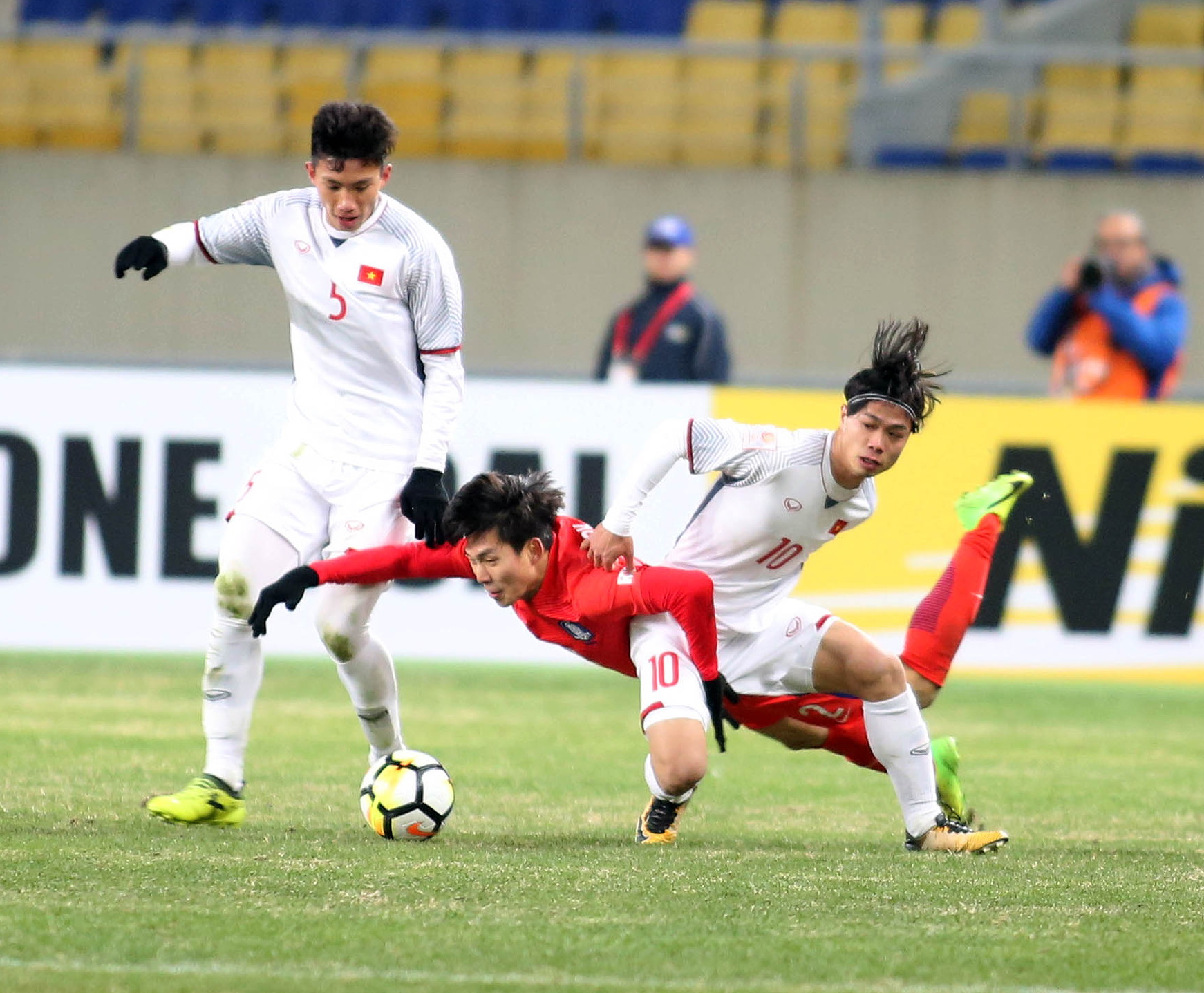 Các cầu thủ U-23 VN có trận đấu ngoan cường trước đối thủ Hàn Quốc-Ảnh: NGUYÊN KHÔI