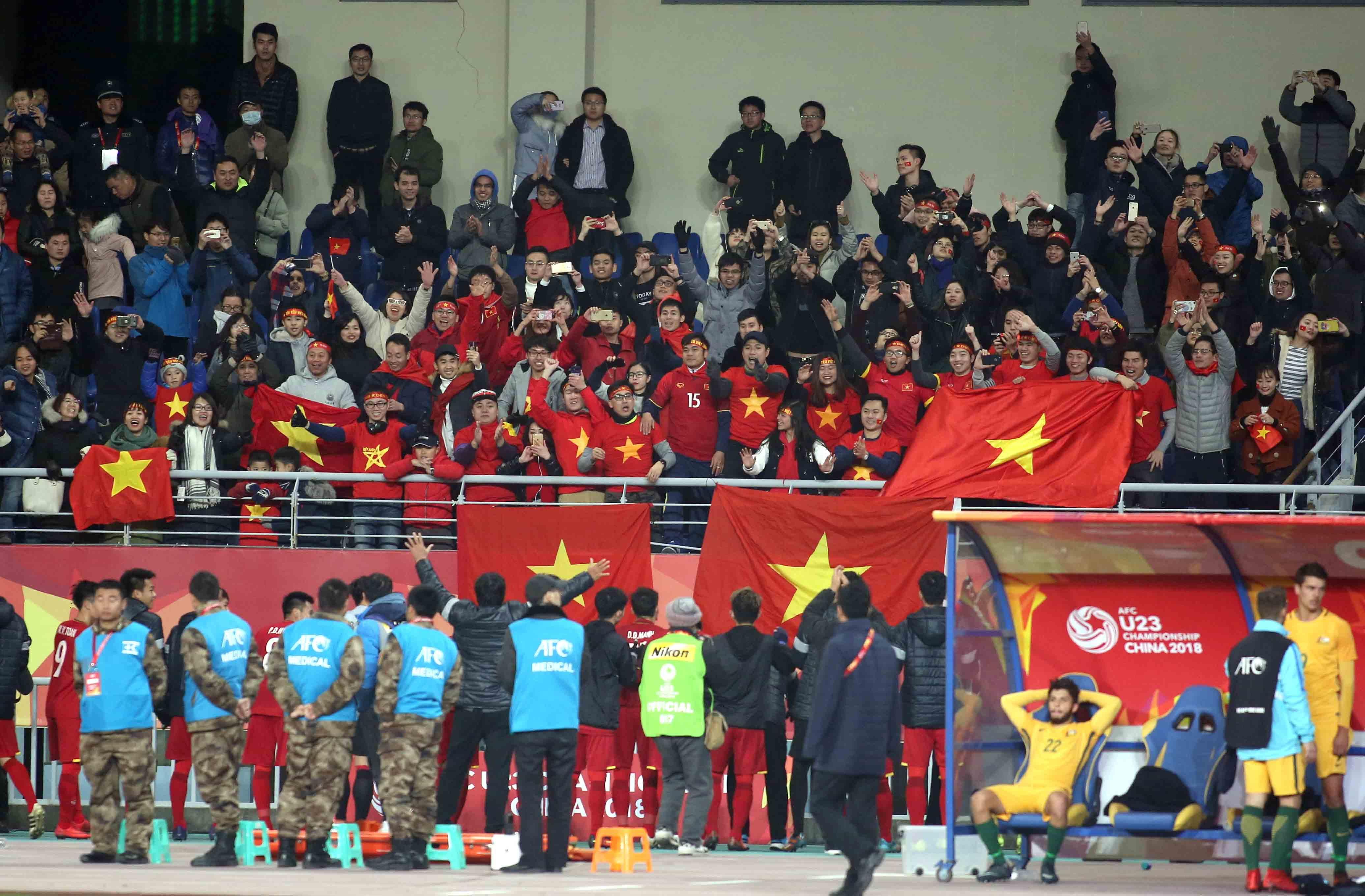 Các cầu thủ U-23 VN đến chào và cảm ơn khán giả VN sau trận đấu với Úc Ảnh: NGUYÊN KHÔI