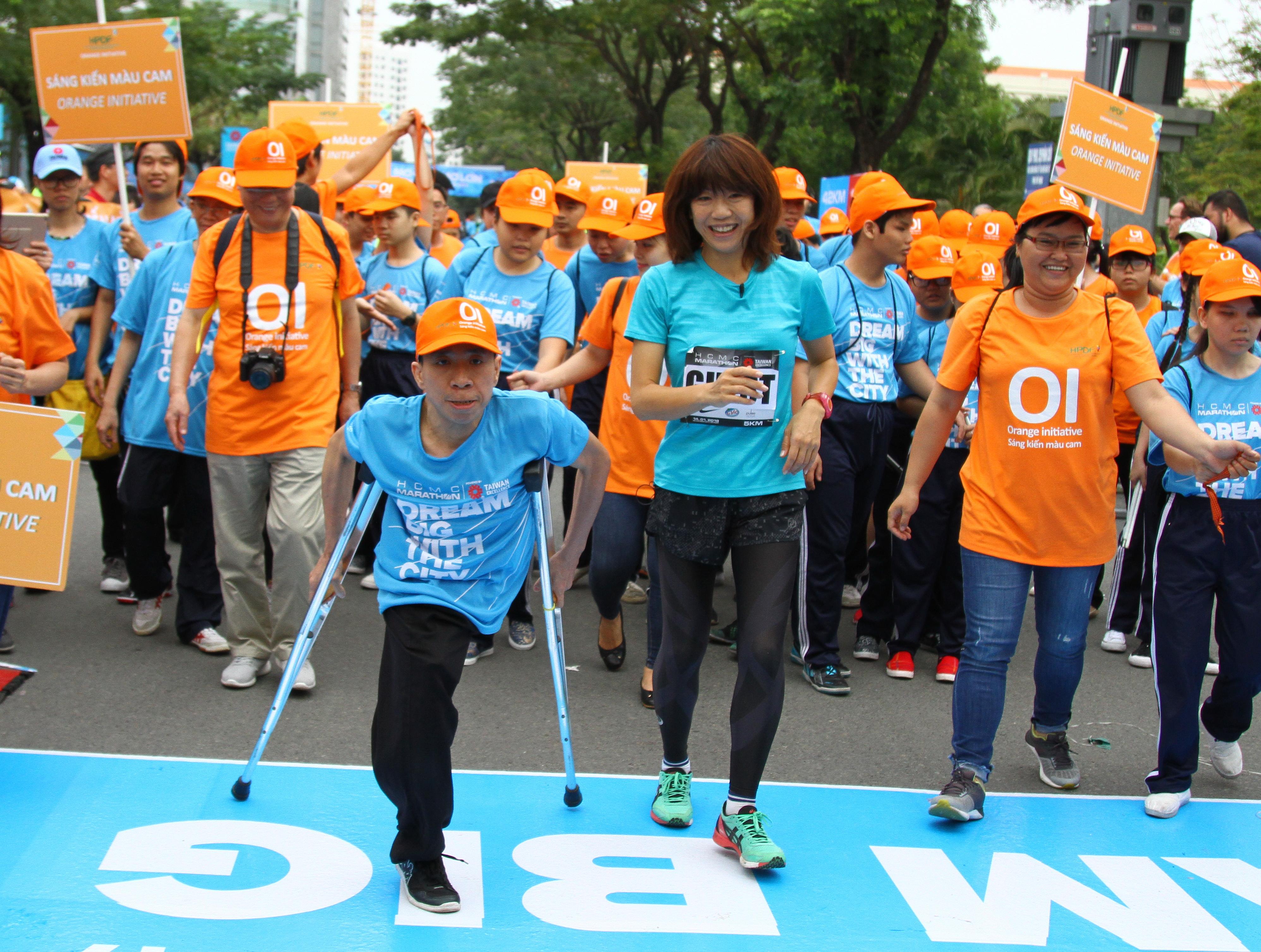 Bà Naoko Takahashi và anh Nguyễn Đức mở màn cho cự ly 5km ở giải Ảnh: T.P.