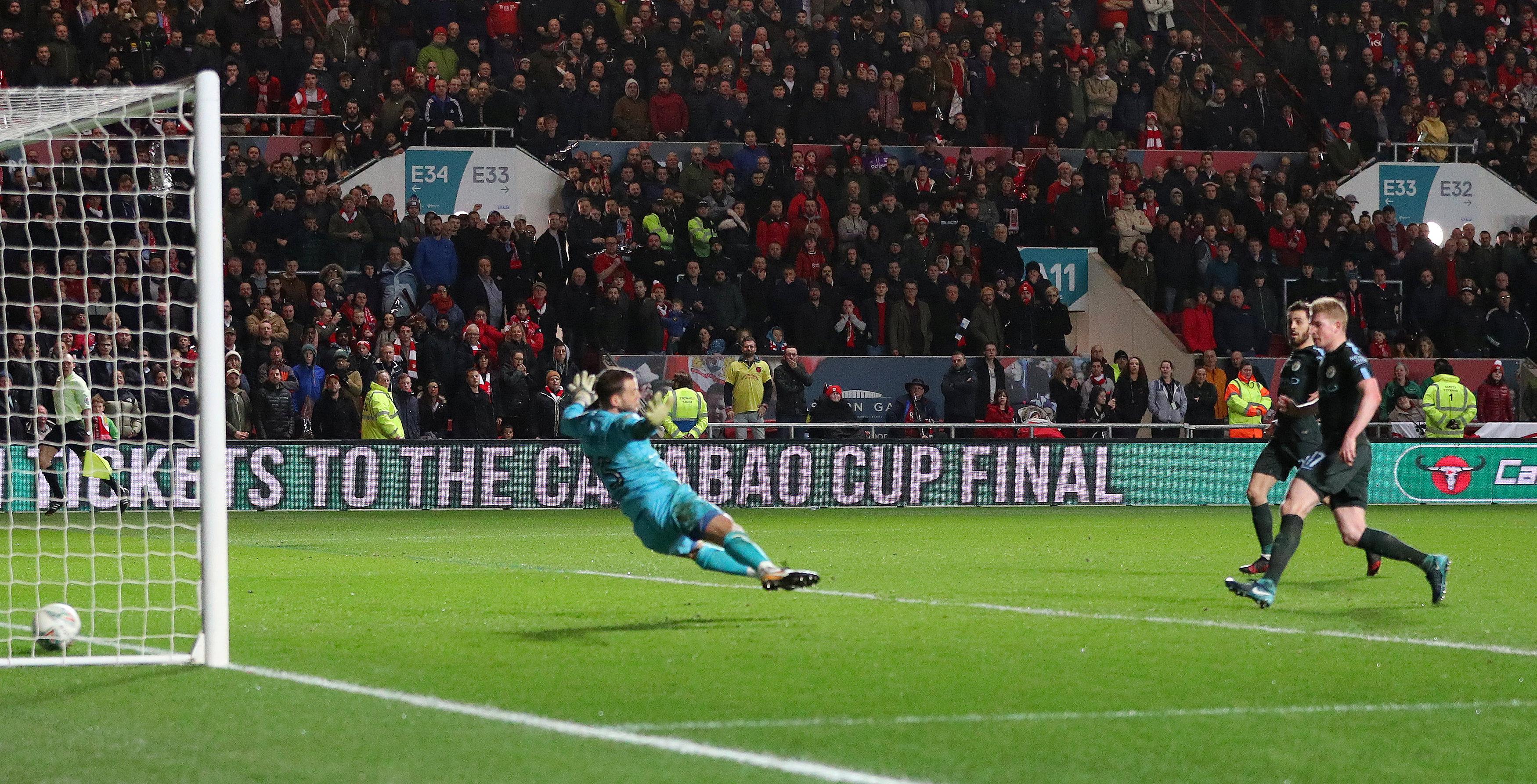 Pha dứt điểm ấn định chiến thắng 3-2 cho M.C của De Bruyne. Ảnh: REUTERS