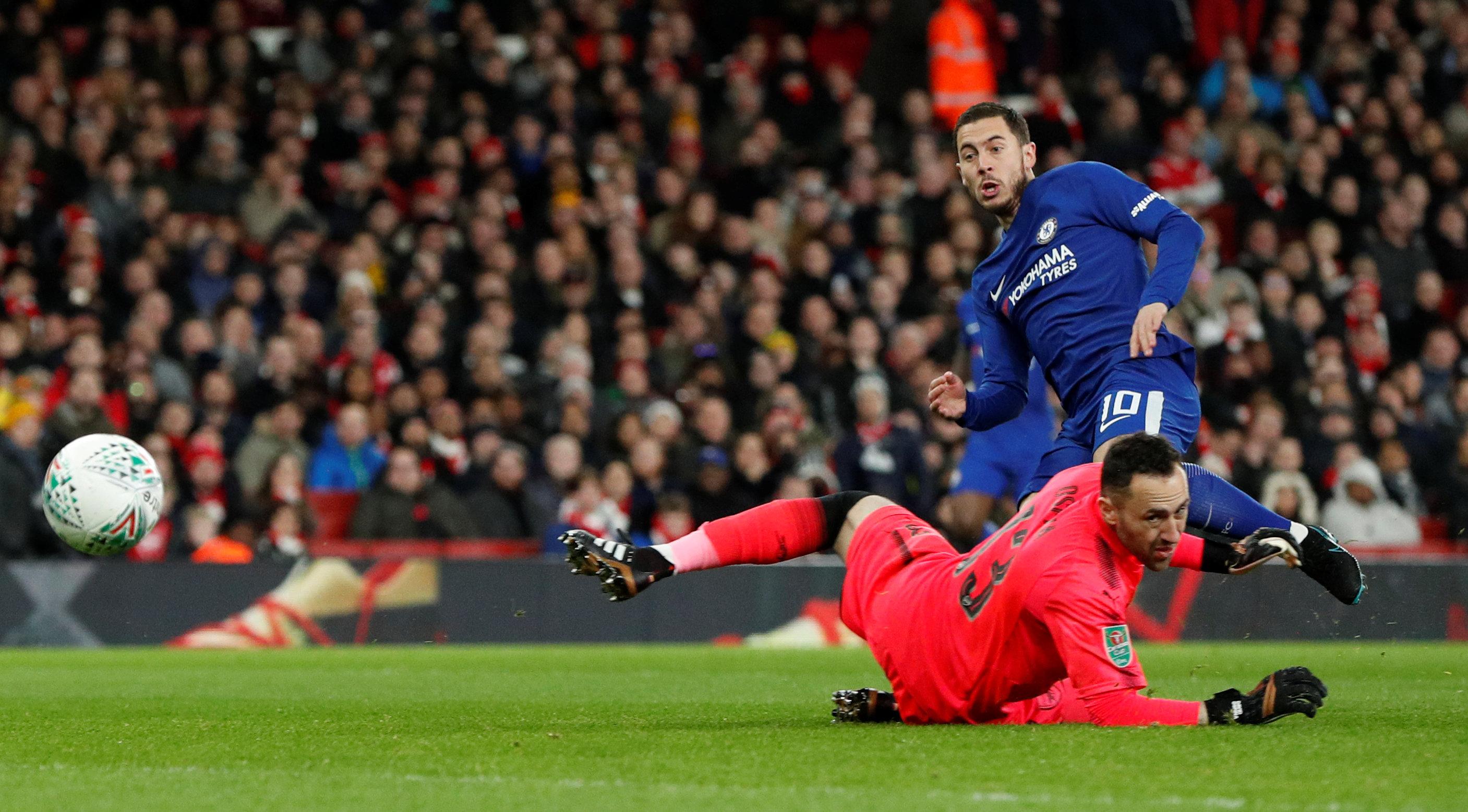 Pha dứt điểm mở tỉ số cho Chelsea của Hazard. Ảnh: REUTERS
