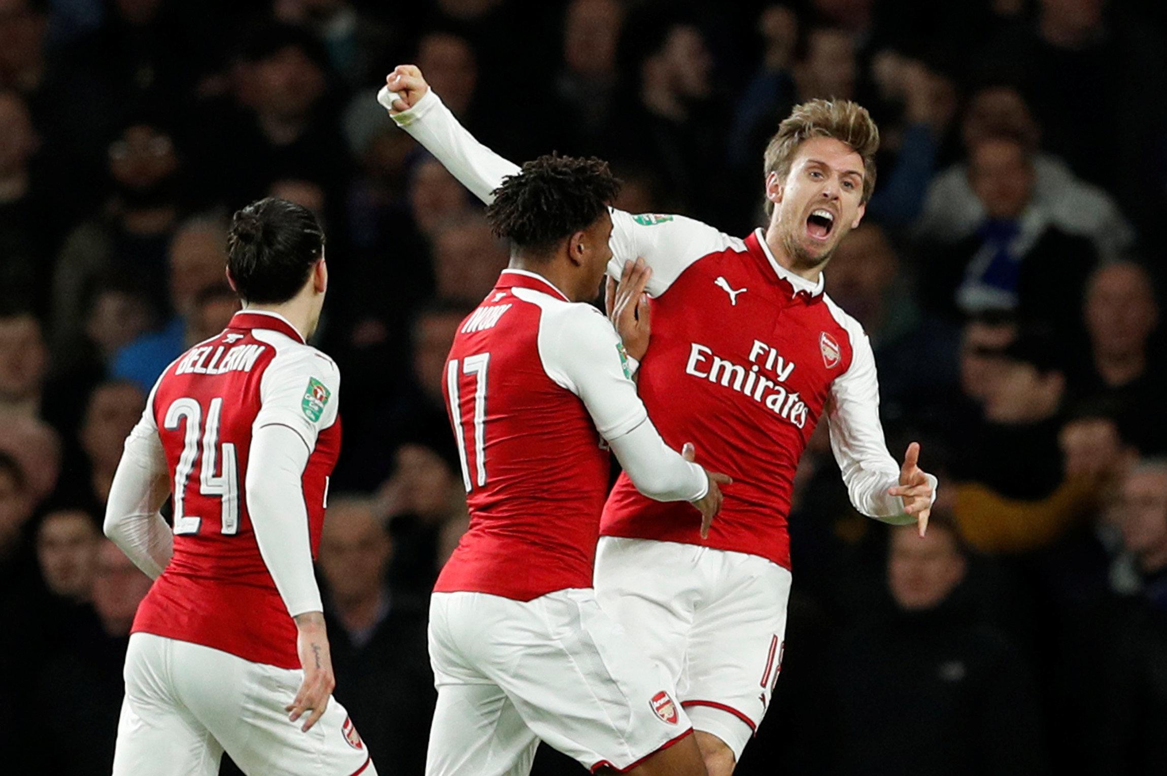 Monreal (phải) ăn mừng bàn gỡ 1-1 cho Arsenal. Ảnh: REUTERS