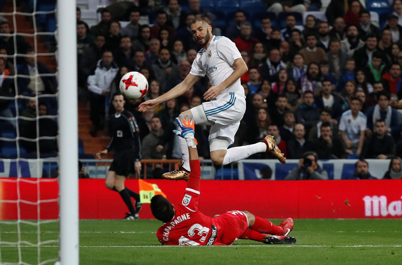 Pha dứt điểm gỡ hòa 1-1 cho R.M của Benzema. Ảnh: REUTERS