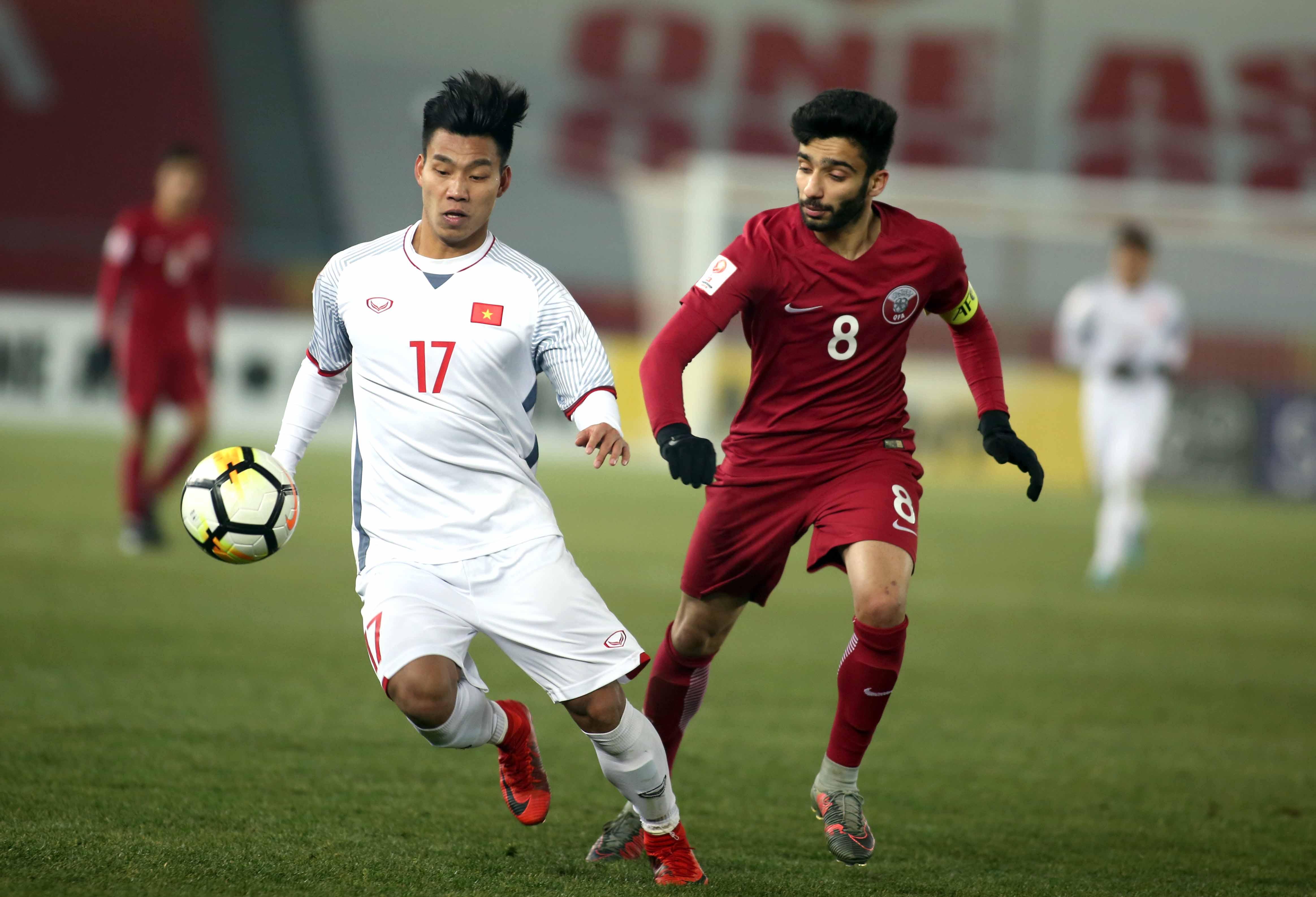 Hậu vệ Vũ Văn Thanh sẽ có cuộc đối đầu thú vị với tiền vệ Jasurbek Yakhshiboev. Ảnh: GETTY IMAGES/NGUYÊN KHÔI