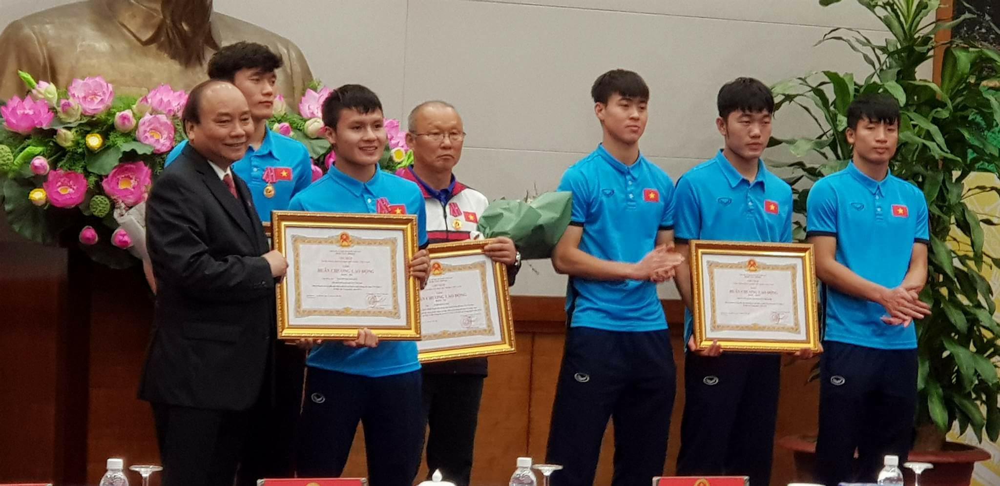Thủ tướng Nguyễn Xuân Phúc trao huân chương cho các cầu thủ và HLV đội U-23 VN. Ảnh: Q.P