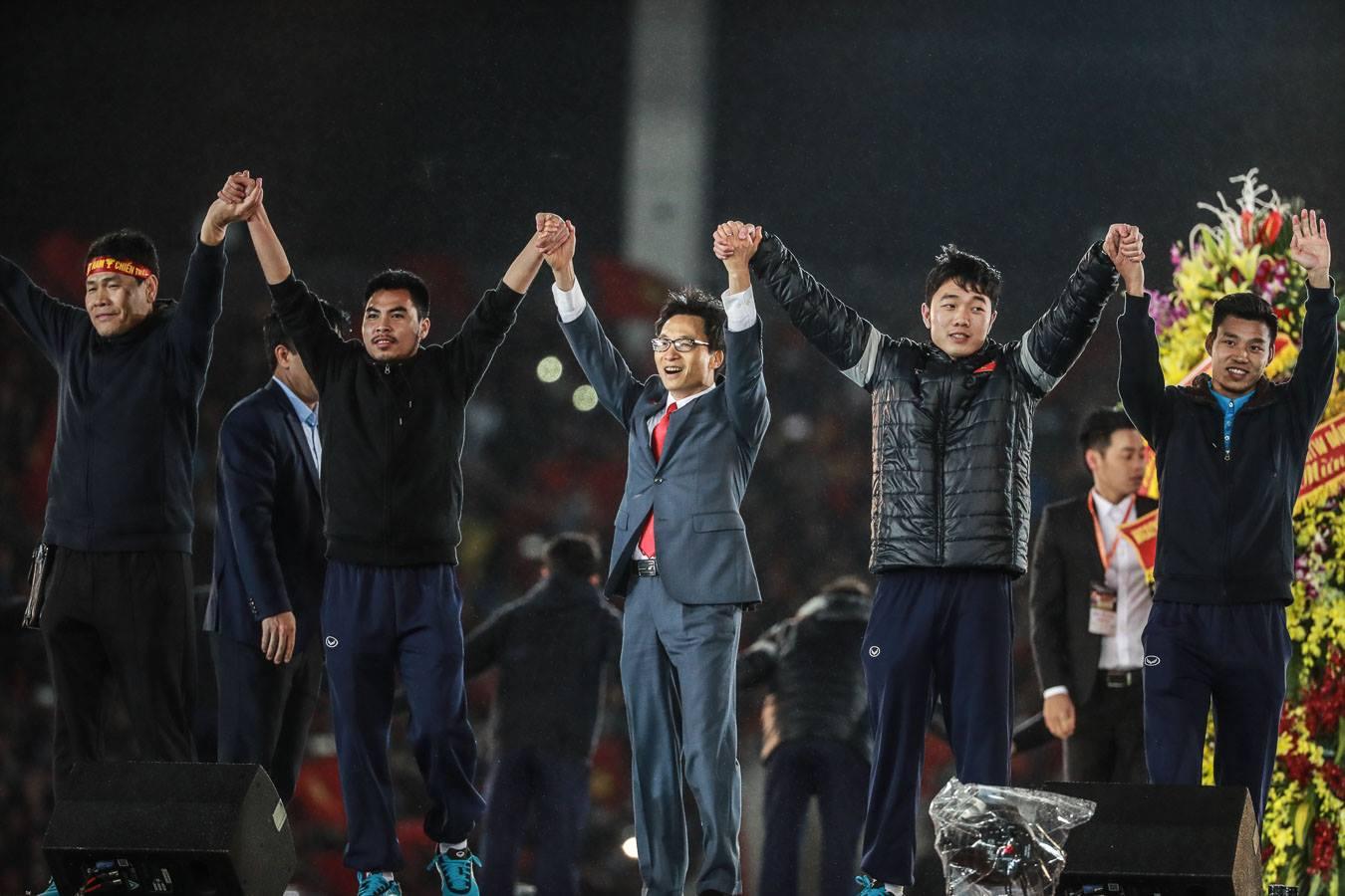 Phó thủ tướng Vũ Đức Đam và các cầu thủ U-23 VN trên sân Mỹ Đình đêm 28-1. Ảnh: N.KHÁNH