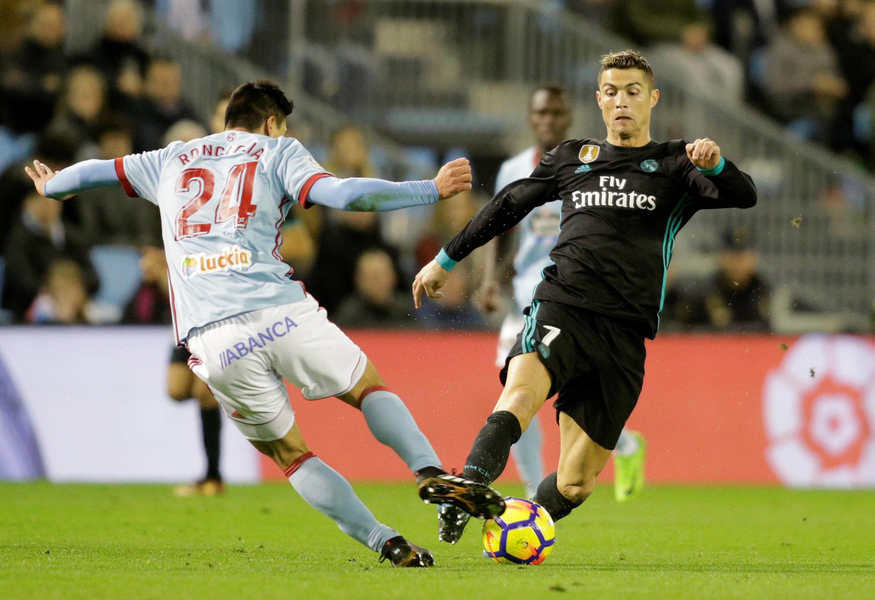 Ronaldo (phải) từng không ít lần xung đột với CLB về bản quyền hình ảnh. Ảnh: REUTERS