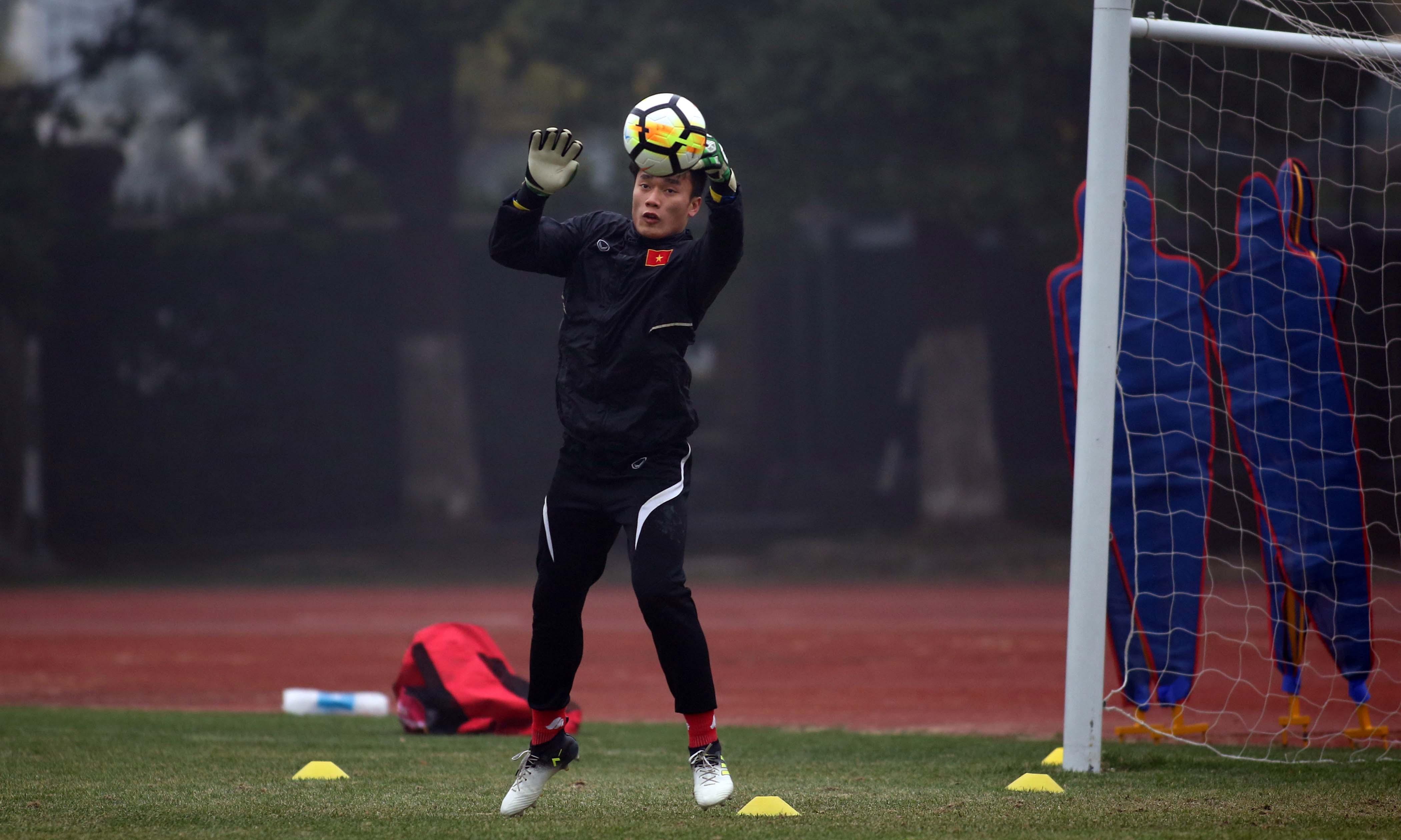 Thủ môn Bùi Tiến Dũng tập luyện tại VCK Giải U-23 châu Á 2018. Ảnh: N.K