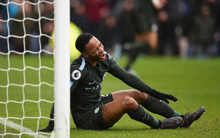 Vẻ mặt tiếc nuối của Sterling sau tình huống bỏ lỡ cơ hội. Ảnh: AFP