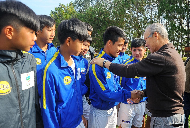 HLV Park Hang Seo gặp gỡ các cầu thủ trẻ HAGL. Ảnh: ANH TIẾN