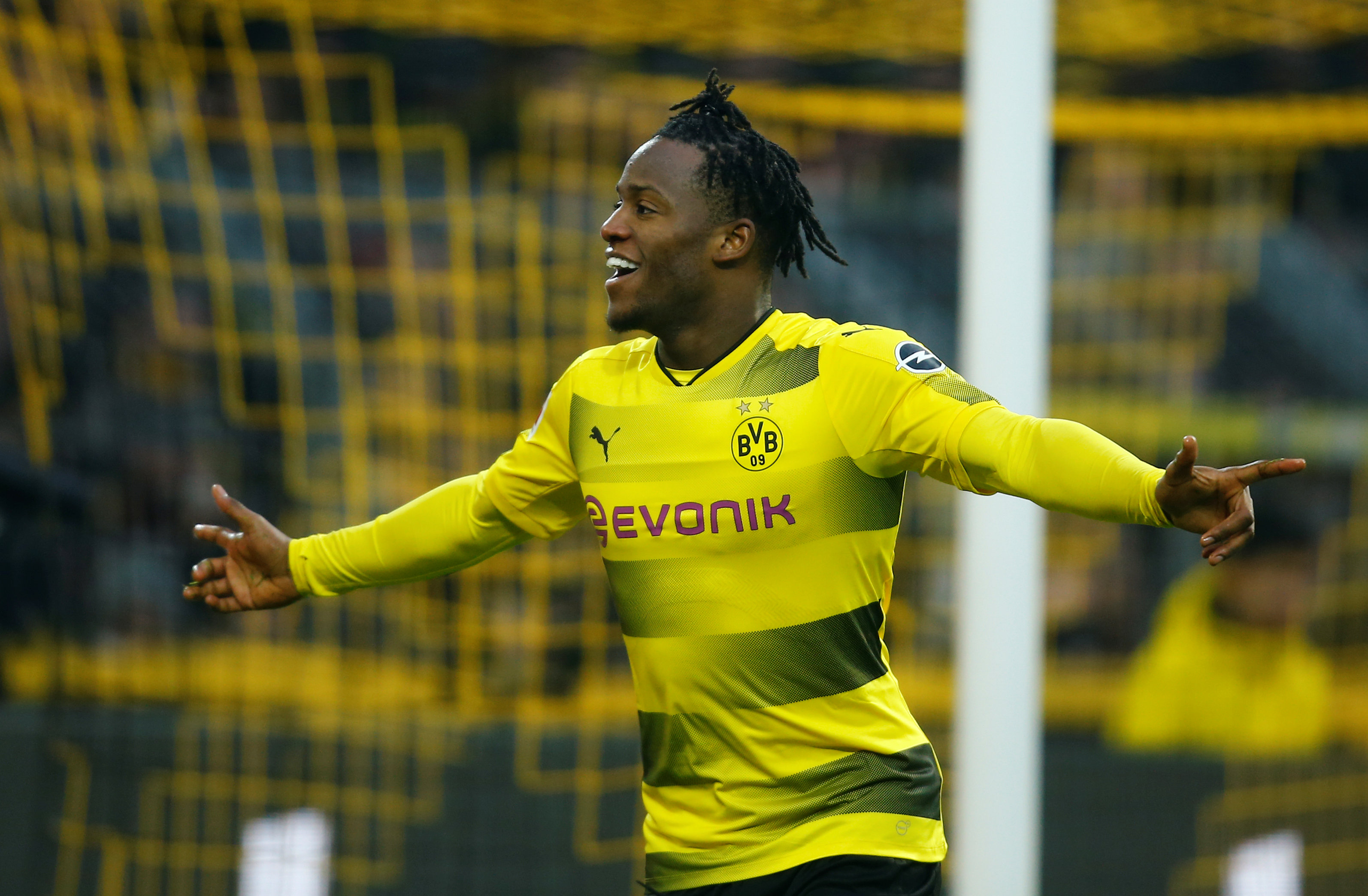 Batshuayi ăn mừng bàn mở tỉ số cho Dortmund. Ảnh: REUTERS