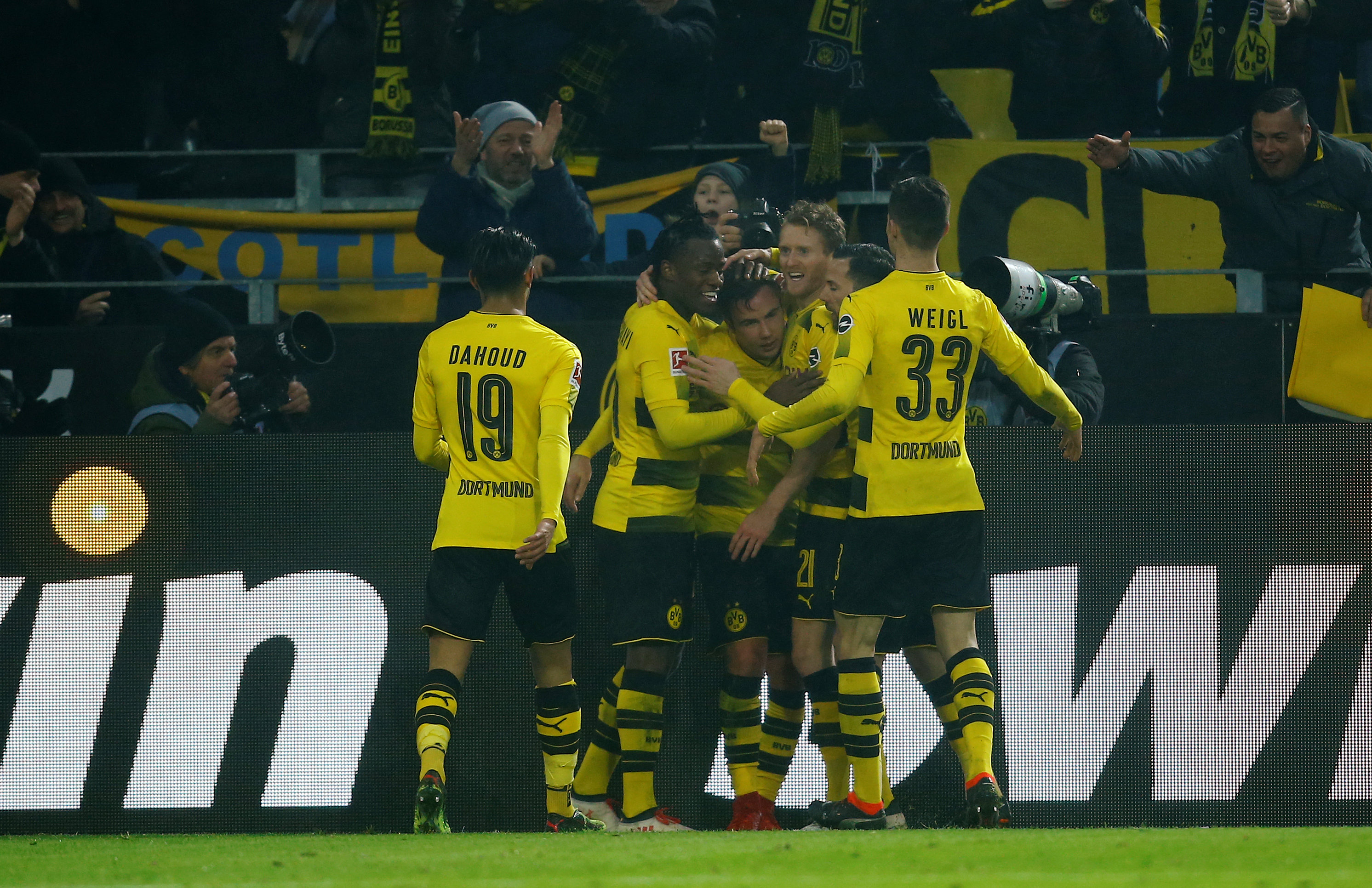 Niềm vui của các cầu thủ Dortmund sau khi Goetze nâng tỉ số lên 2-0. Ảnh: REUTERS
