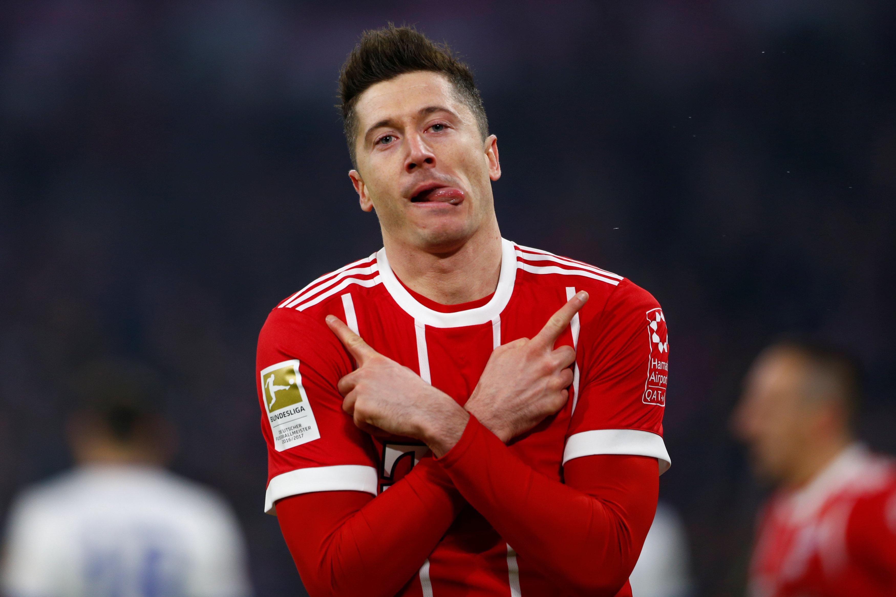 Lewandowski ăn mừng bàn mở tỉ số cho B.M. Ảnh: REUTERS