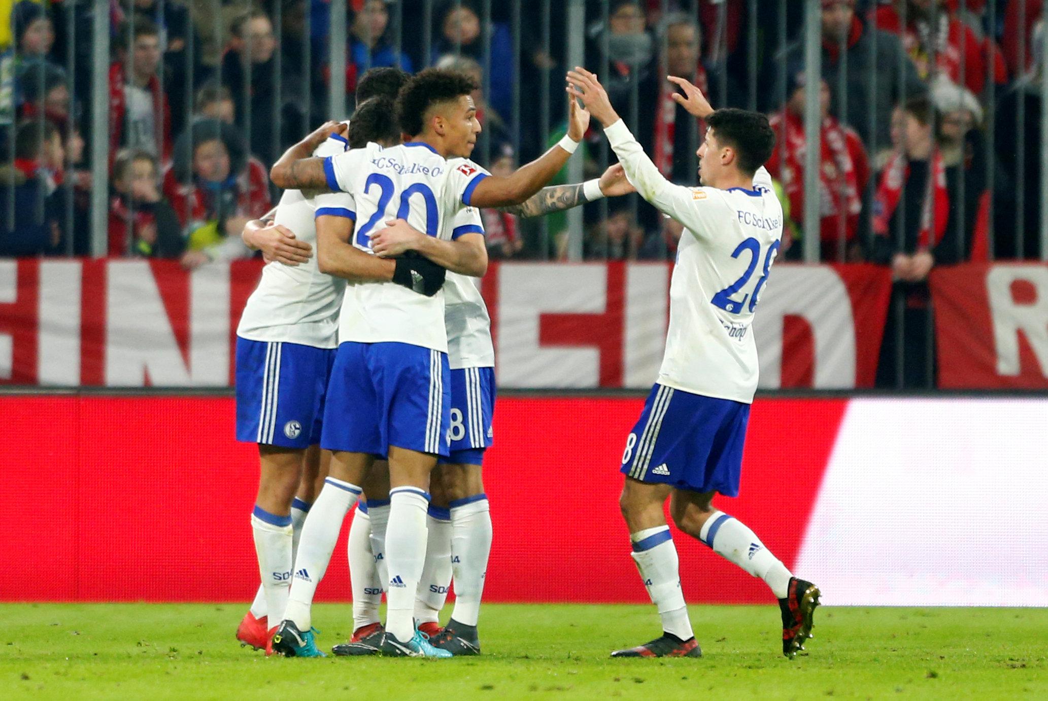 Niềm vui của các cầu thủ Schalke sau khi gỡ hòa 1-1. Ảnh: REUTERS