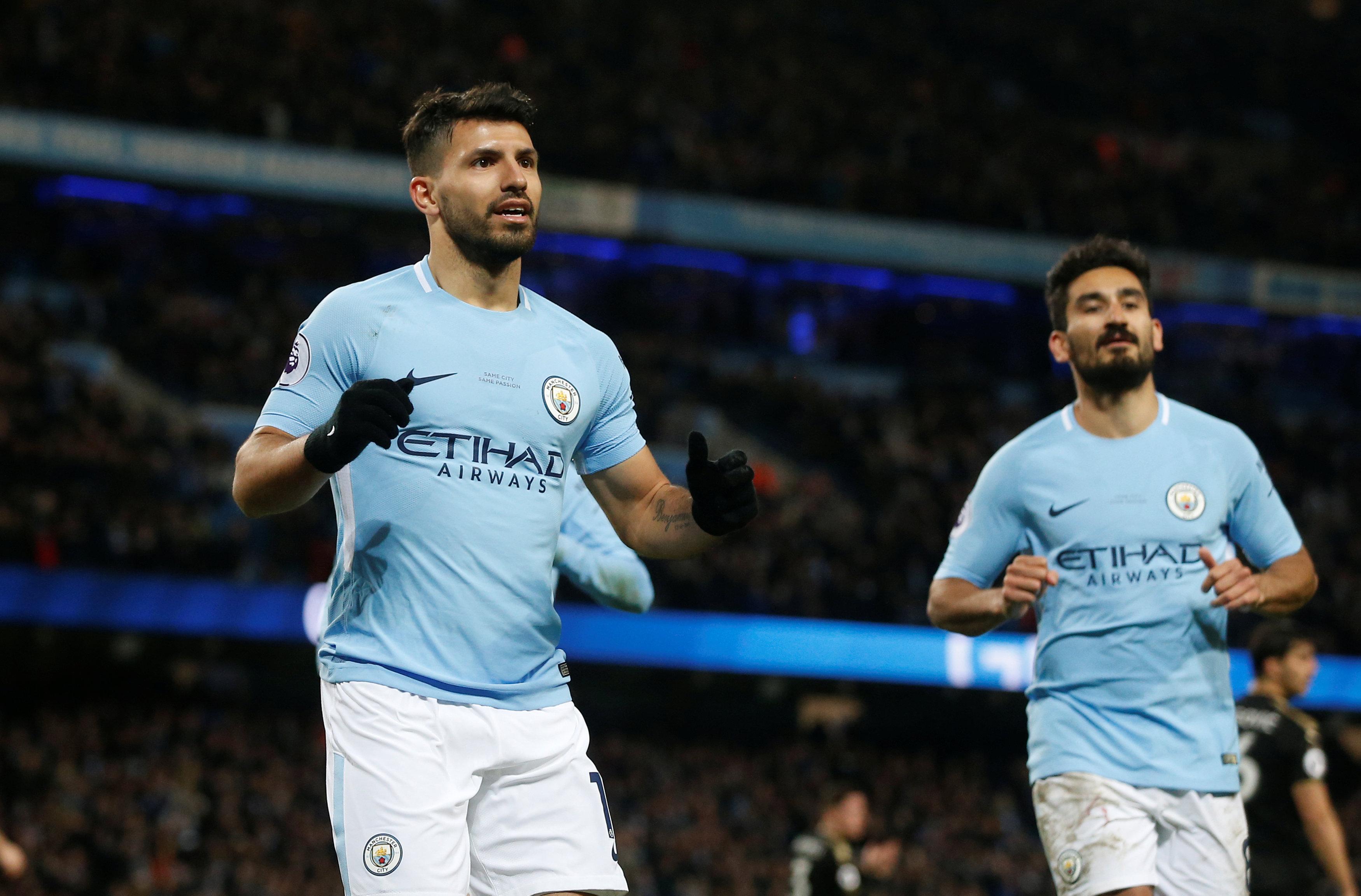 Aguero (trái) - người hùng của M.C trong chiến thắng trước Leicester. Ảnh: REUTERS