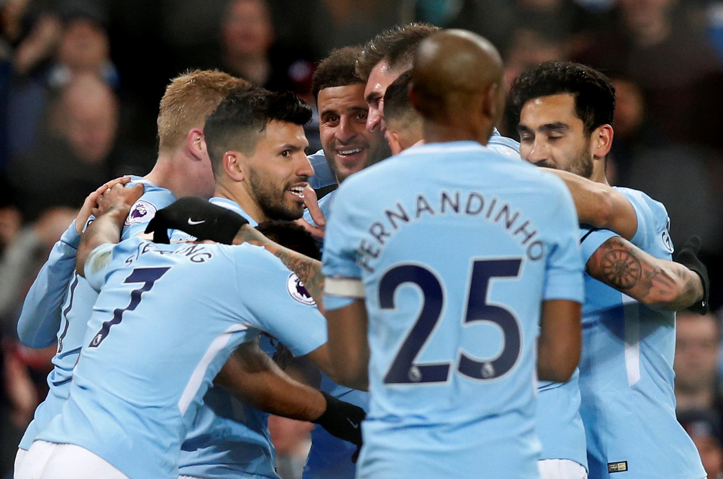 Niềm vui của các cầu thủ M.C sau khi ghi bàn vào lưới Leicester. Ảnh: REUTERS