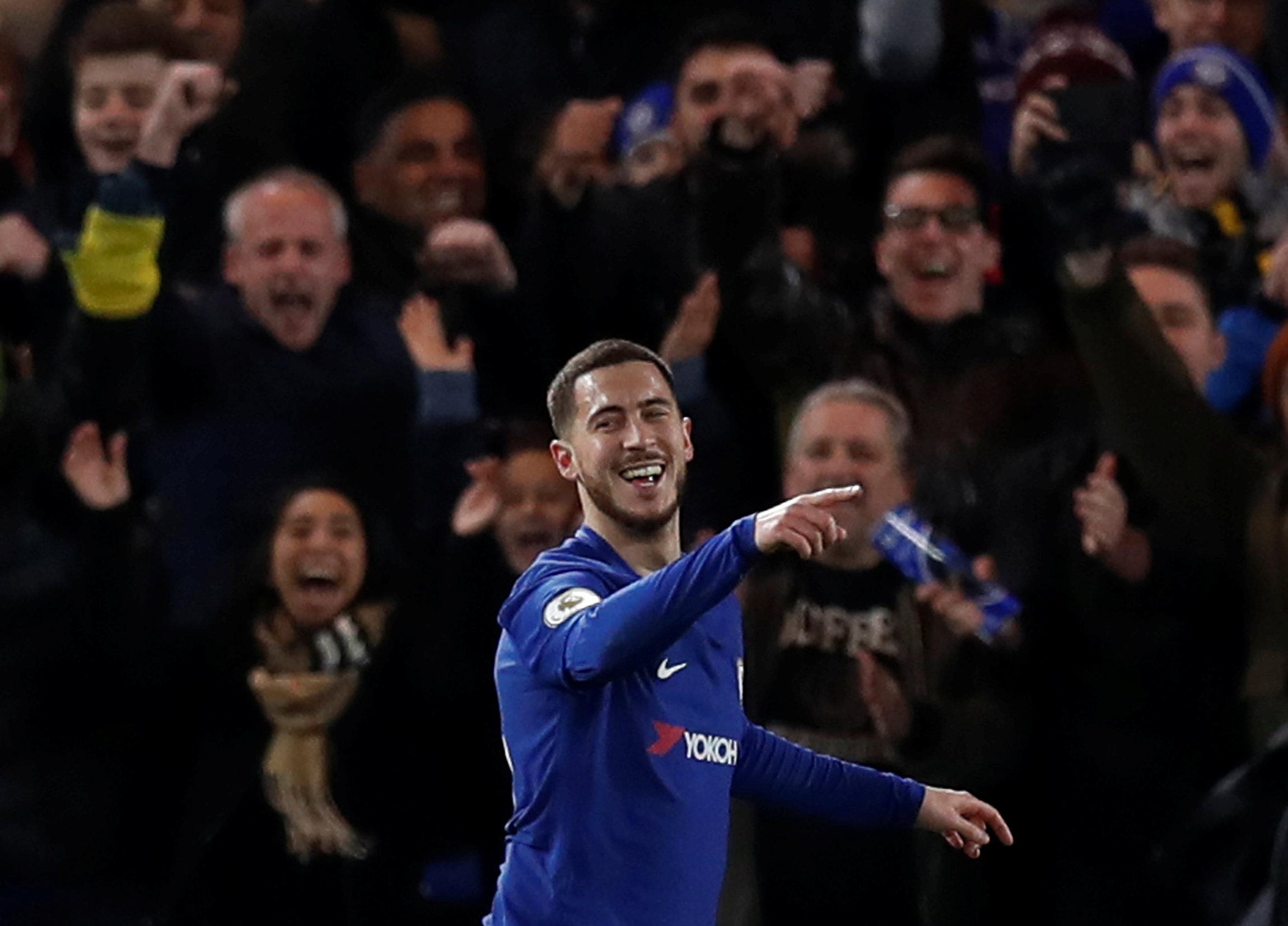 Niềm vui của Hazard sau khi mở tỉ số cho Chelsea. Ảnh: REUTERS