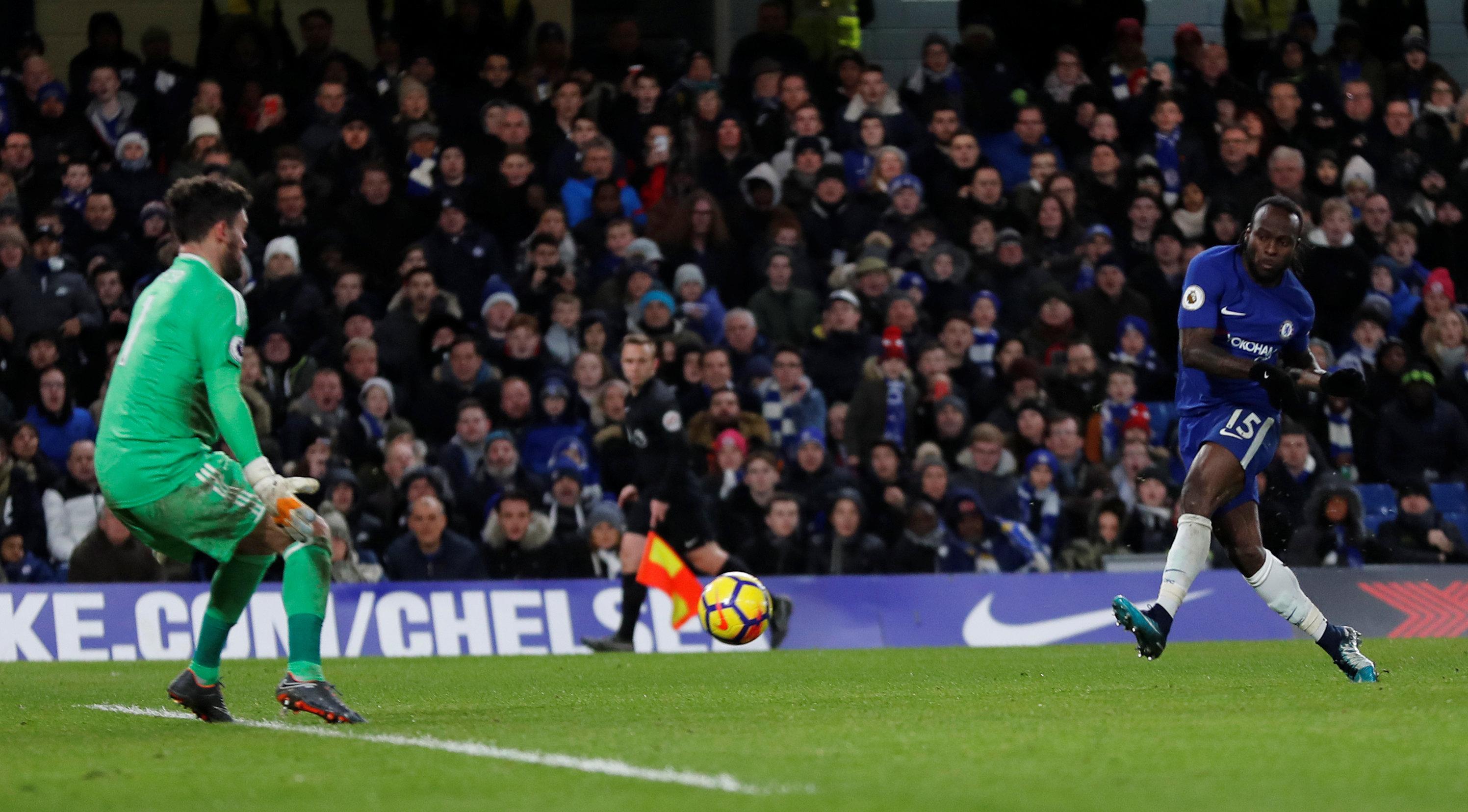 Pha dứt điểm nâng tỉ số lên 2-0 cho Chelsea của Moses. Ảnh: REUTERS
