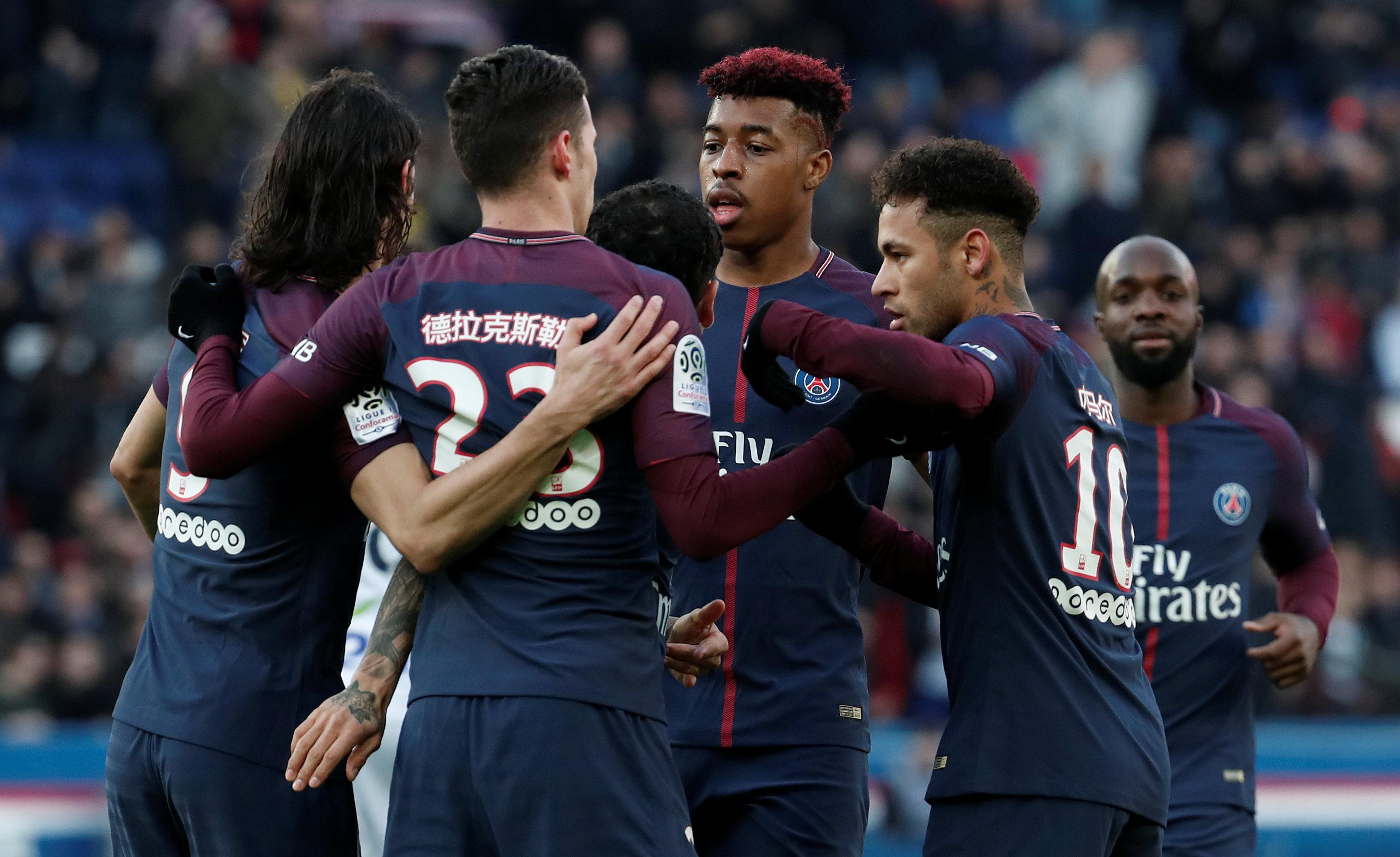 Niềm vui của các cầu thủ PSG sau khi Draxler (23) gỡ hòa 1-1. Ảnh: REUTERS