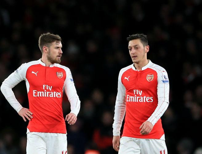 Ramsey (trái) và Ozil cùng vắng mặt trong trận gặp Ostersunds ở Europa League vào sáng 23-2. Ảnh: GETTY IMAGES