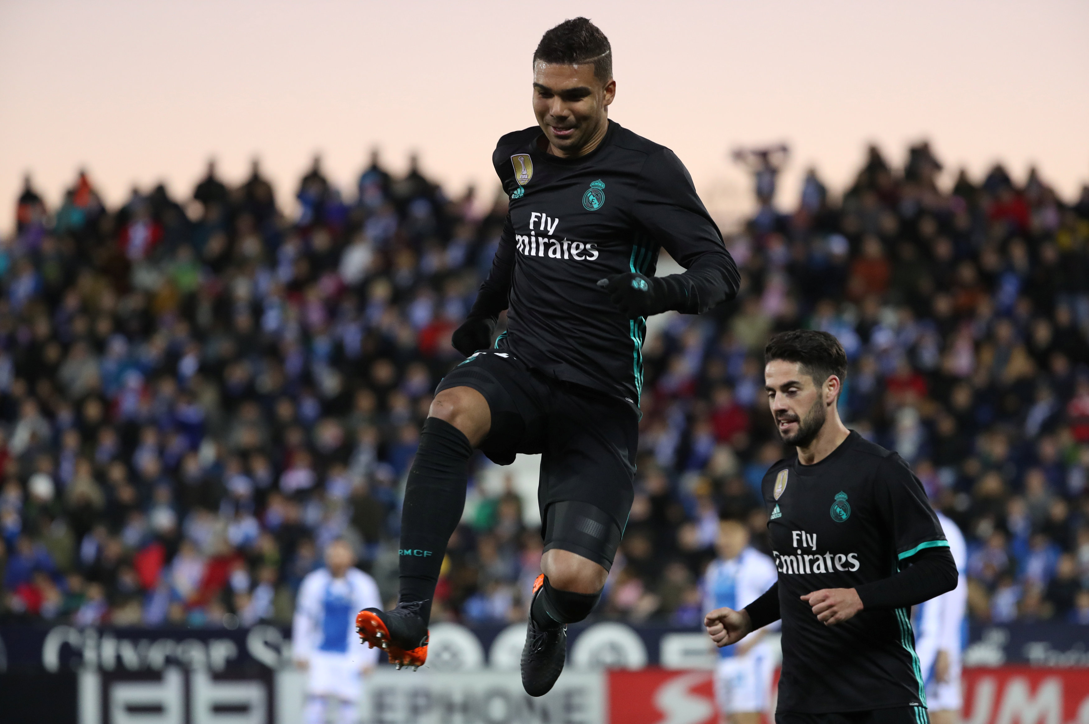 Casemiro ăn mừng bàn nâng tỉ số lên 2-1 cho R.M. Ảnh: REUTERS