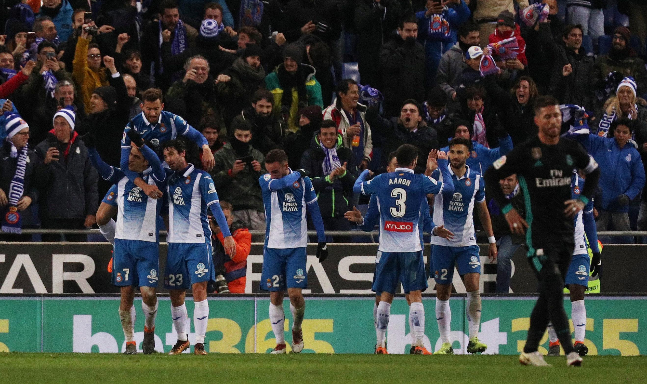 Niềm vui của các cầu thủ Espanyol sau khi ghi bàn vào lưới R.M. Ảnh: REUTERS