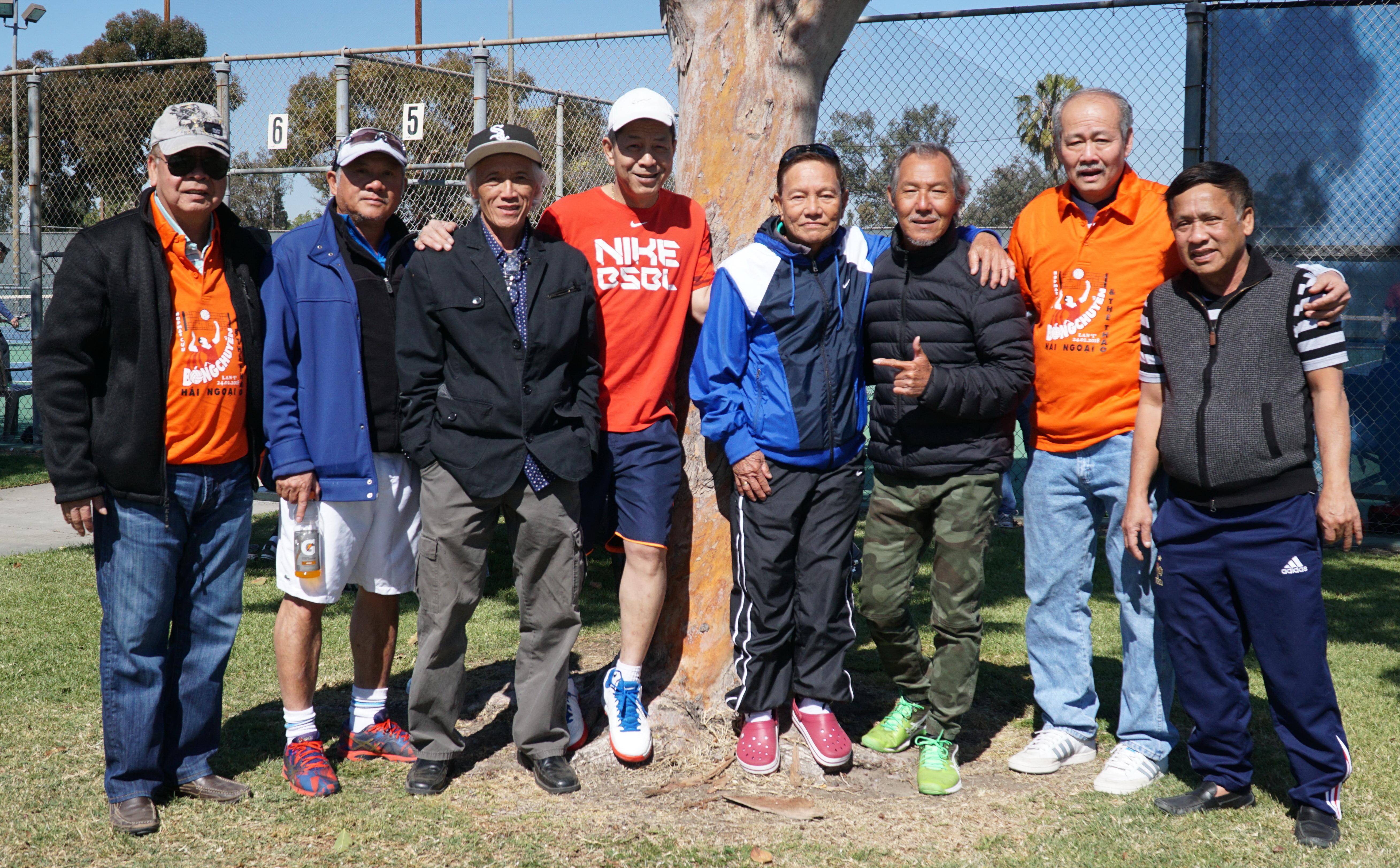 Cựu vua phá lưới giải quốc gia trong màu áo đội Sở Công Nghiệp Võ Thành Sơn (bìa trái) cùng những cựu VĐV tại cuộc hội ngộ Ảnh: S.HUYÊN