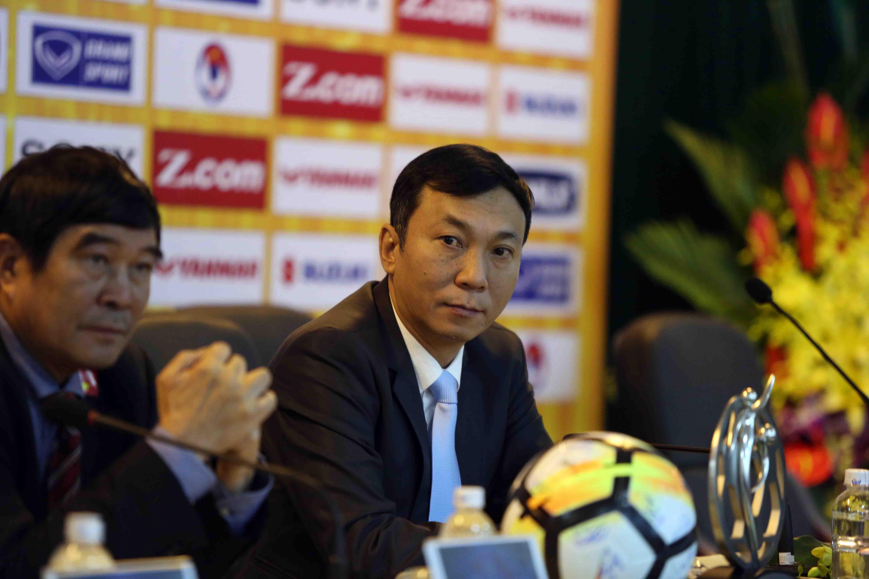 Ông Trần Quốc Tuấn (phải) - một trong những ứng viên trong cuộc chạy đua giành chiếc ghế chủ tịch VFF. Ảnh: NGUYÊN KHÔI