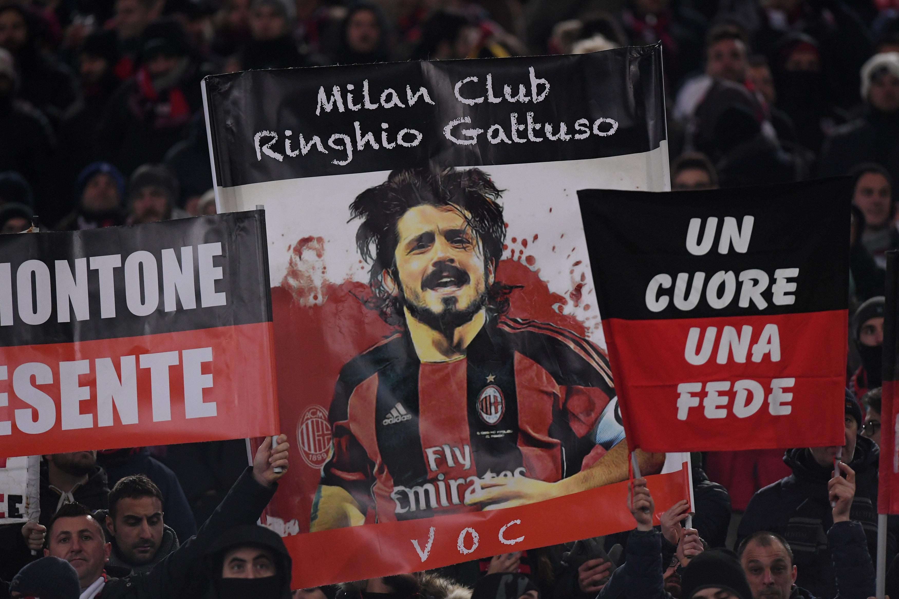 CĐV AC Milan gương cao hình Gattuso trong trận thắng Lazio. Ảnh: REUTERS