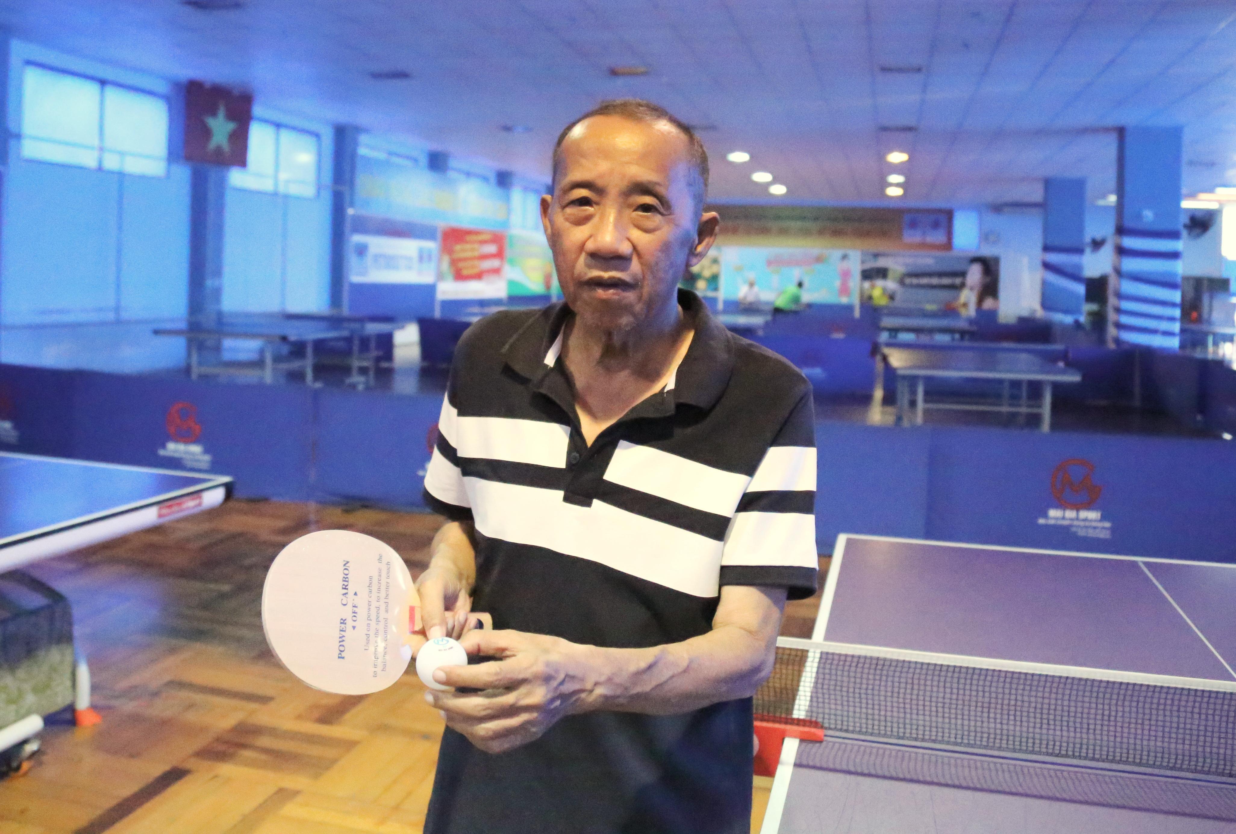 Ông Mai Văn Minh và cốt vợt, bóng do ông sản xuất -Ảnh: H.Đ.