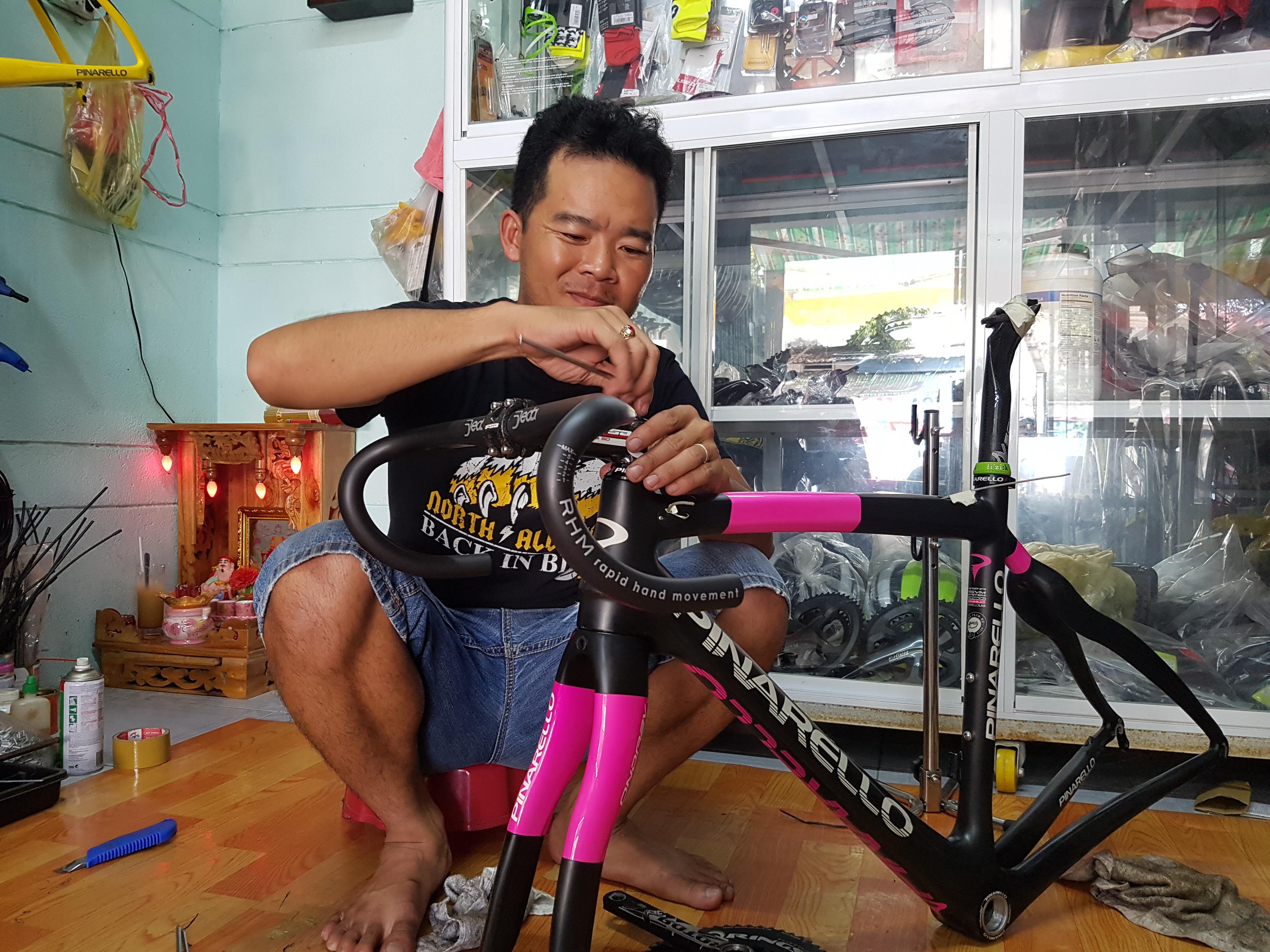 Lê Văn Duẩn ráp xe đạp đua cho khách Ảnh: T.P.