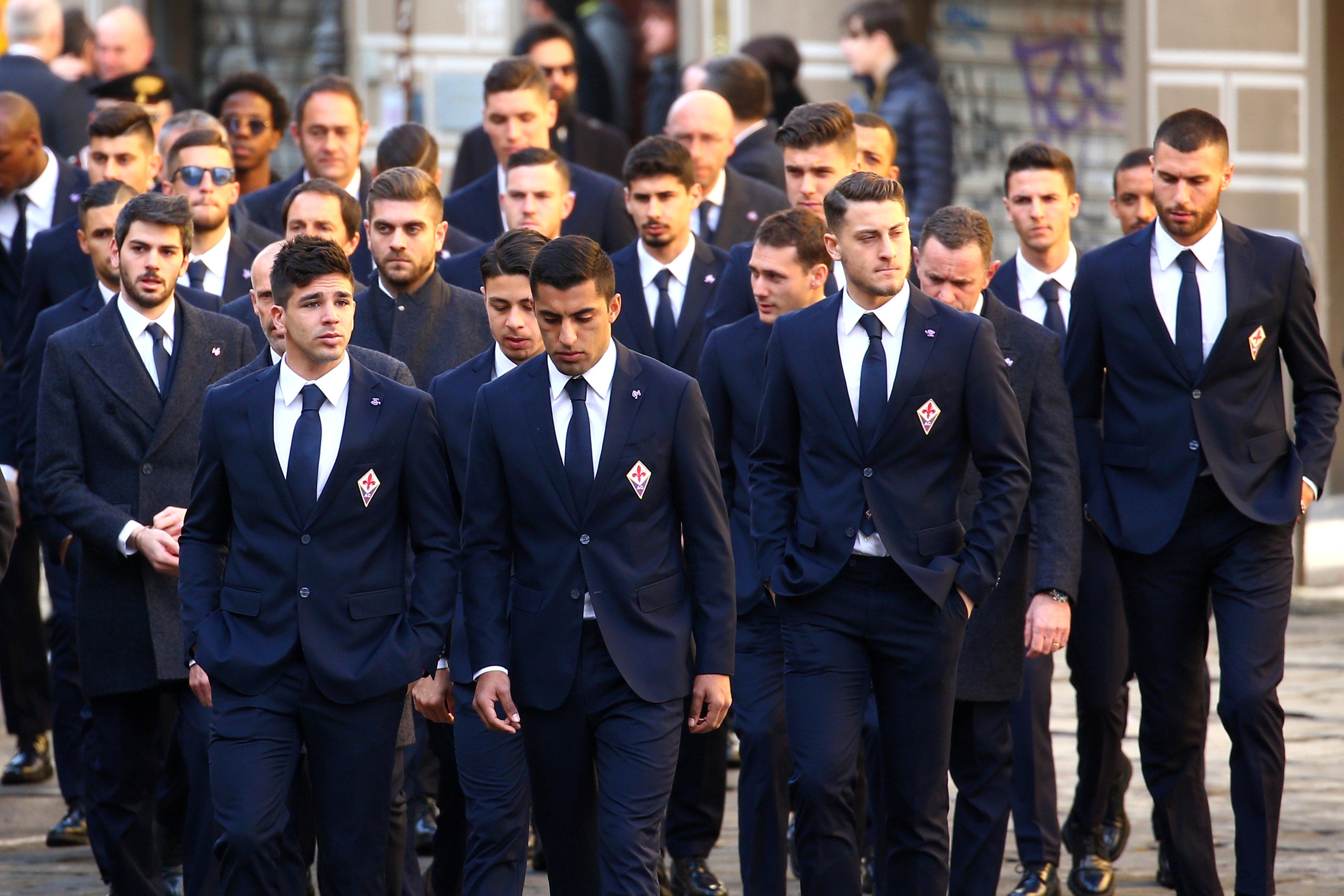 Các đồng đội của Astori ở CLB Fiorentina. Ảnh: REUTERS